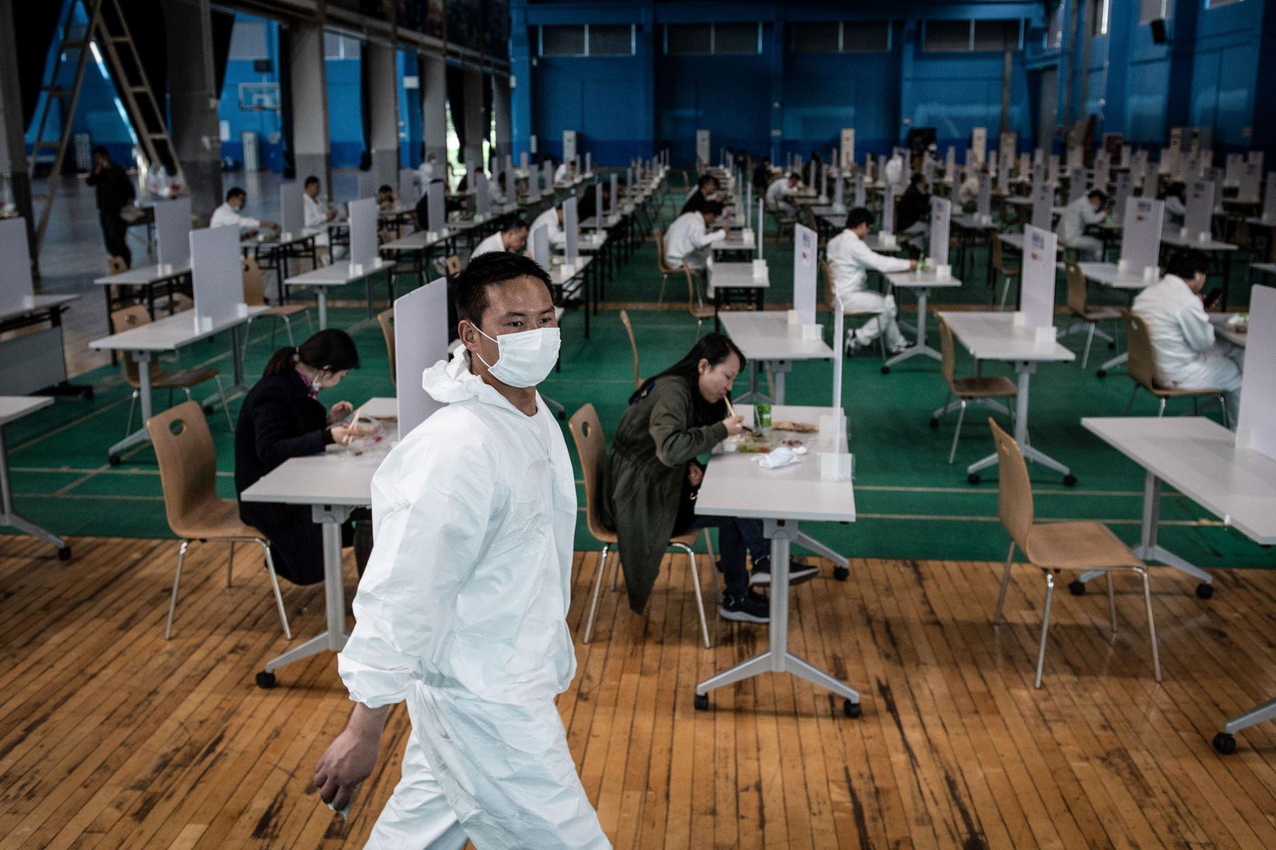 Los empleados durante el almuerzo en una planta automotriz de Dongfeng Honda en Wuhan, en la provincia central de Hubei en China.  Foto: AFP