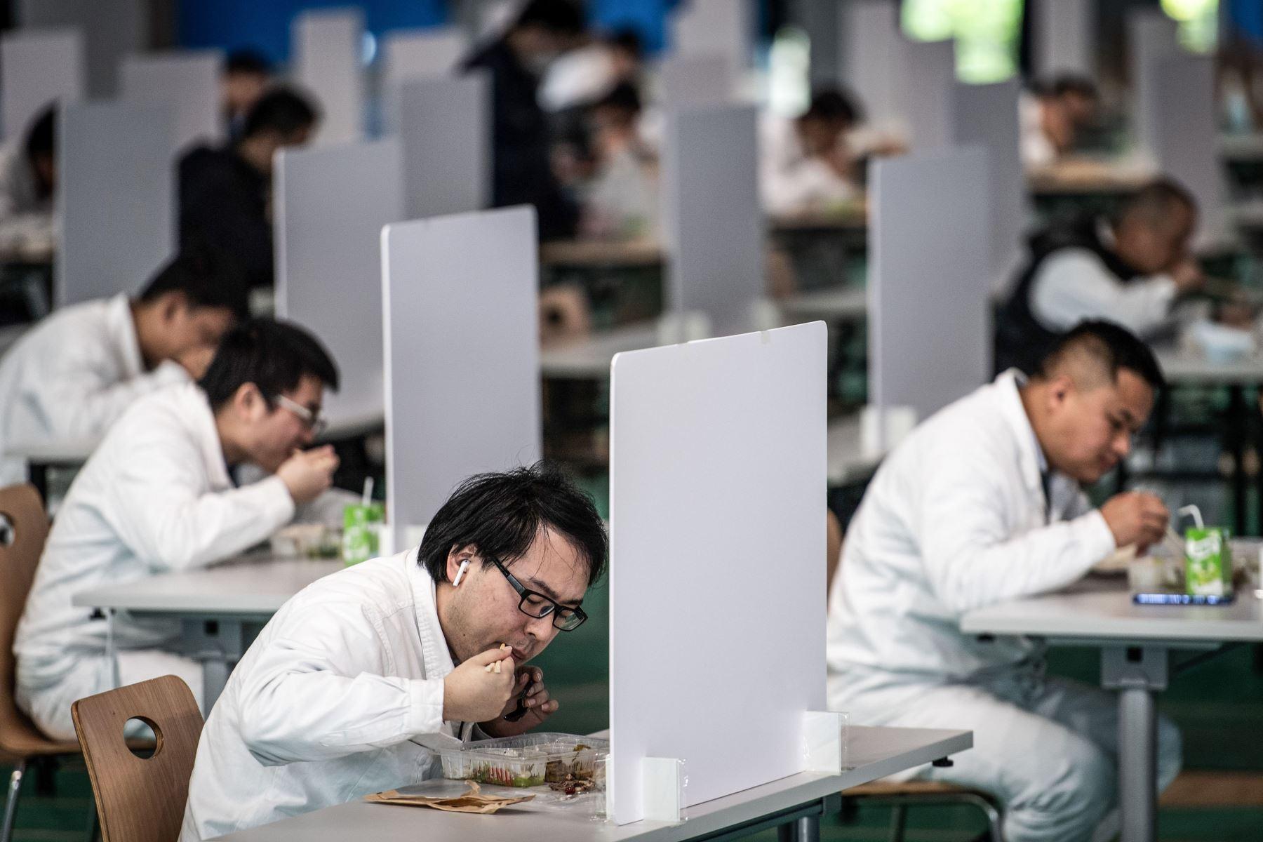 Empleados almuerzan en una planta de automóviles de Dongfeng Honda en Wuhan, en la provincia central de Hubei, China. Foto: AFP