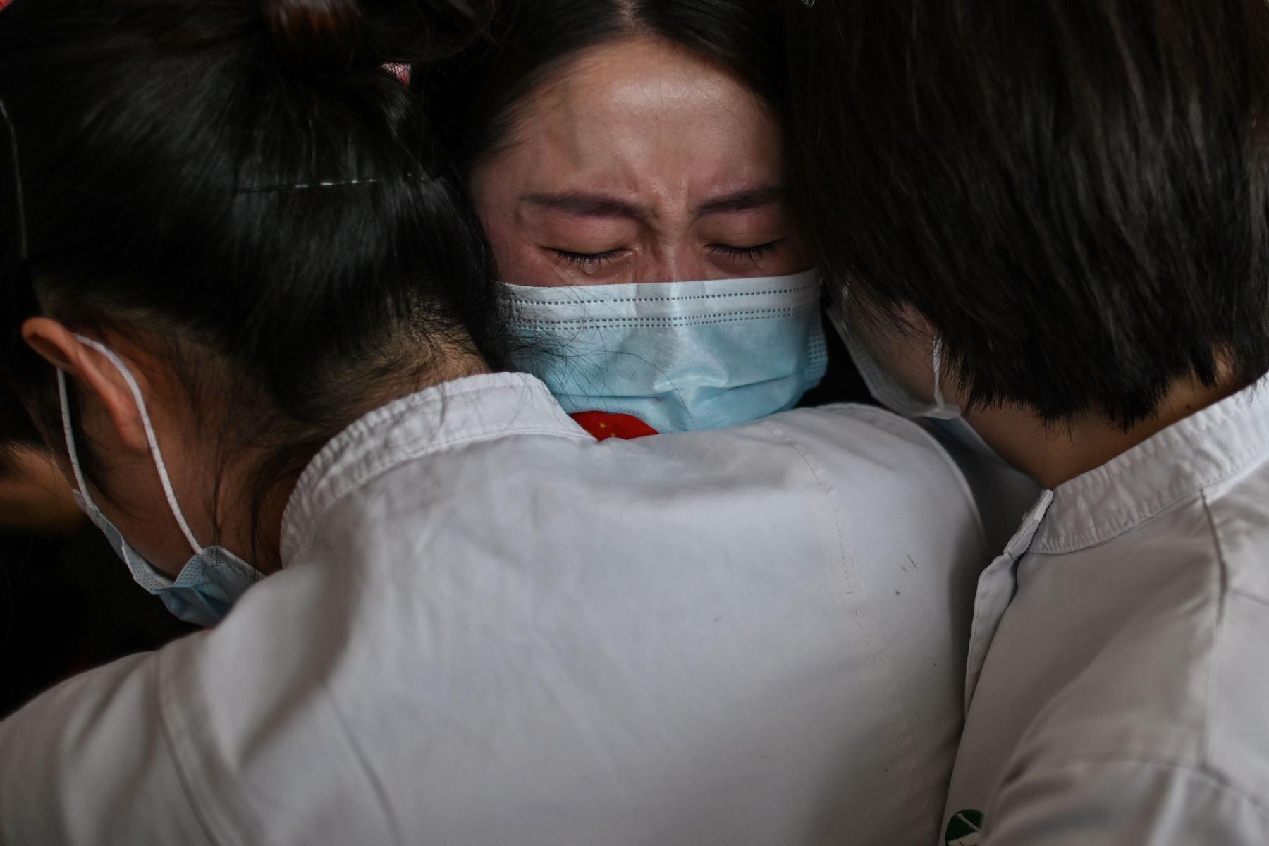 El personal médico de la provincia de Jilin abraza a las enfermeras de Wuhan después de trabajar juntas durante el brote de coronavirus. Foto: AFP