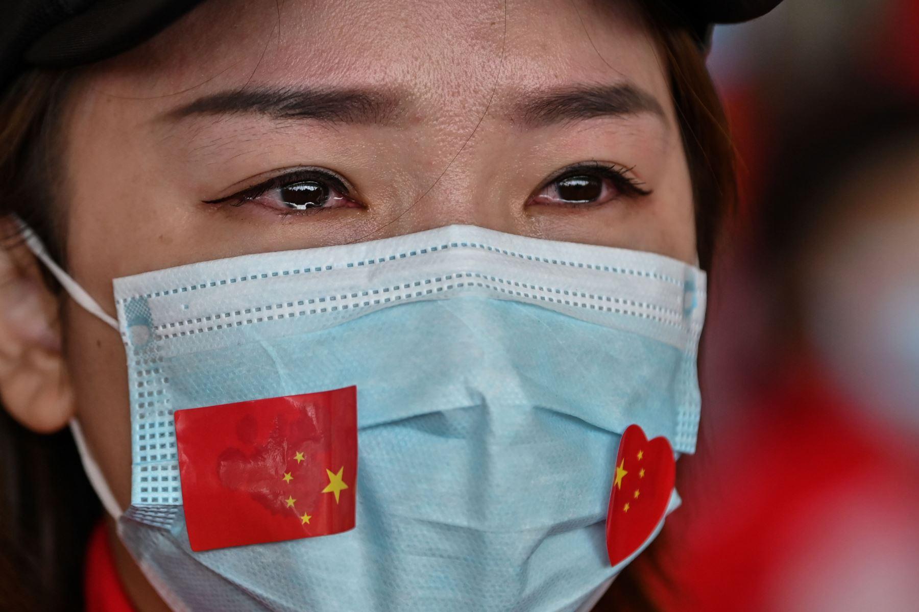 Un miembro del personal médico de la provincia de Jilin llora durante una ceremonia antes de partir cuando el aeropuerto de Tianhe se reabrió en Wuhan, en la provincia central de Hubei, China. Foto: AFP