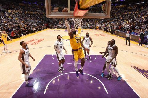 Lebron James  es uno de los basquetbolistas que más actividad tiene en las redes sociales con sus publicaciones de los entrenamientos arduos en casa.