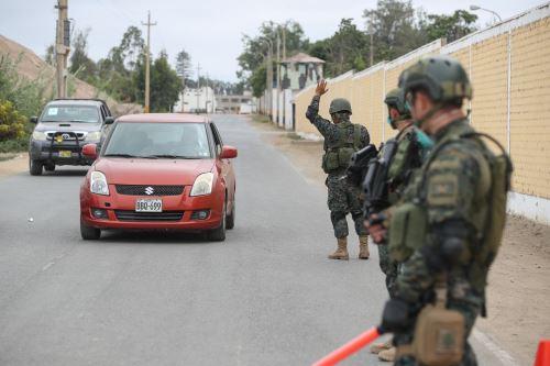 Miembros de las Fuerzas Armadas y de la Policía Nacional hacen patrullaje para verificar el cumplimiento de la inmovilización social obligatoria. Foto: ANDINA/Difusión