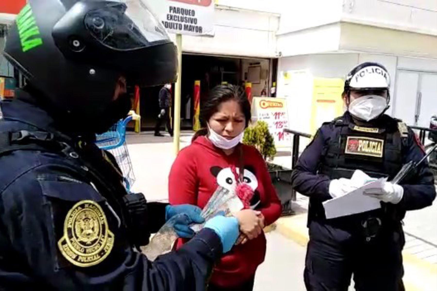 Mujer recuperó dinero que se le había trabado en un cajero automático en Huancayo, gracias a policías honestos. Foto: ANDINA/Difusión