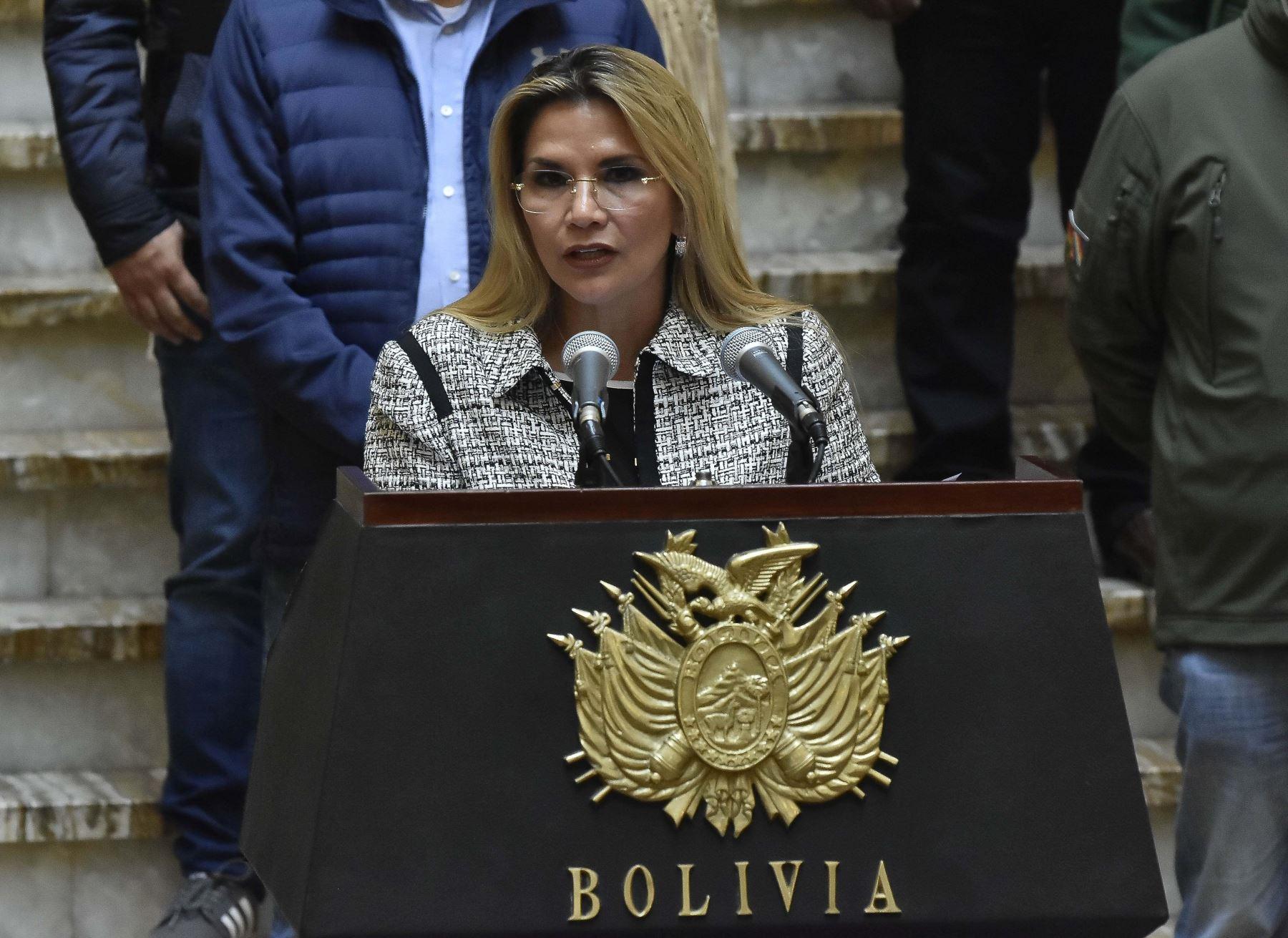se ha dispuesto el uso de 500 tobilleras eléctricas que cuentan con un chip, para rastrear a los posibles contagiados de covid-19, en la imagen, la presidenta interina de Bolivia, Jeanine Áñez.Foto: EFE
