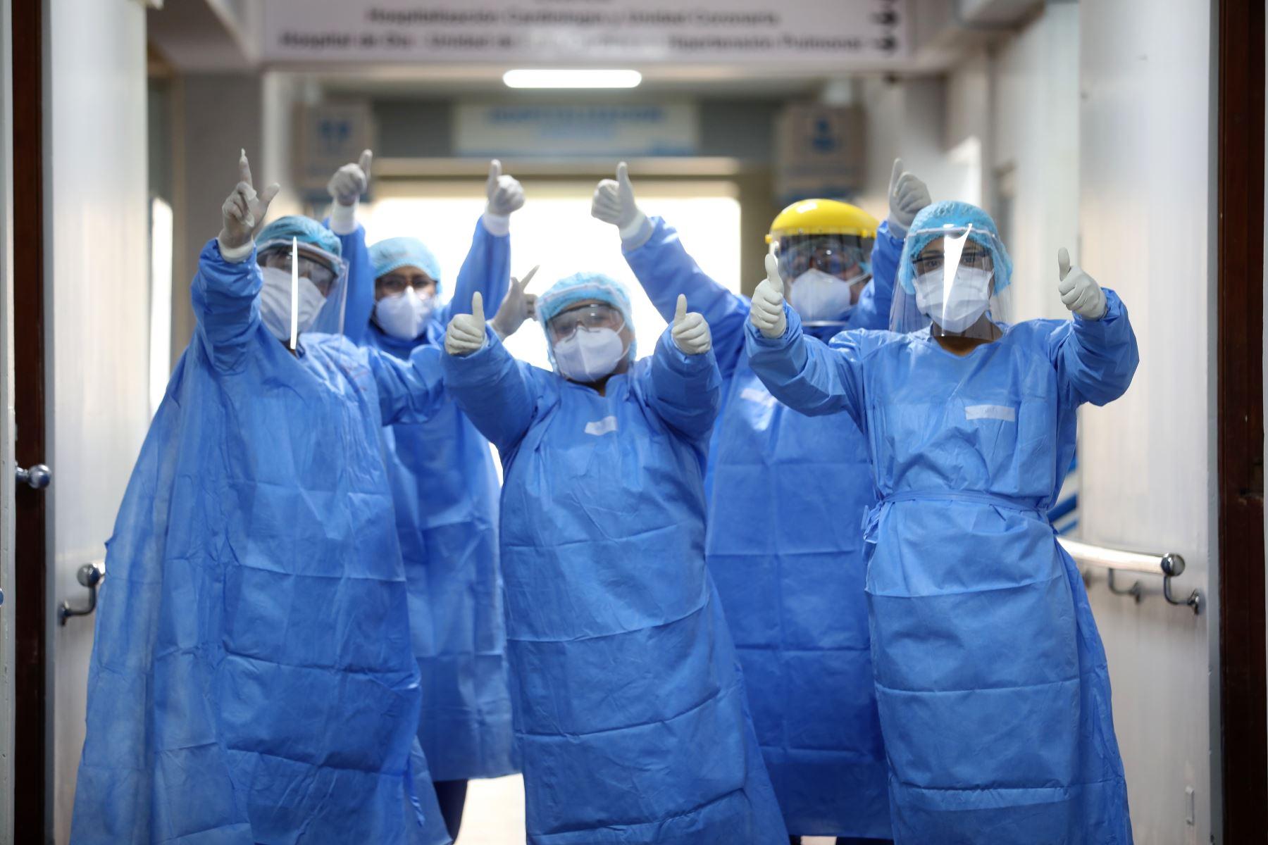Personal del hospital Alberto Sabogal de EsSalud celebra la recuperación de pacientes afectados por covid-19.