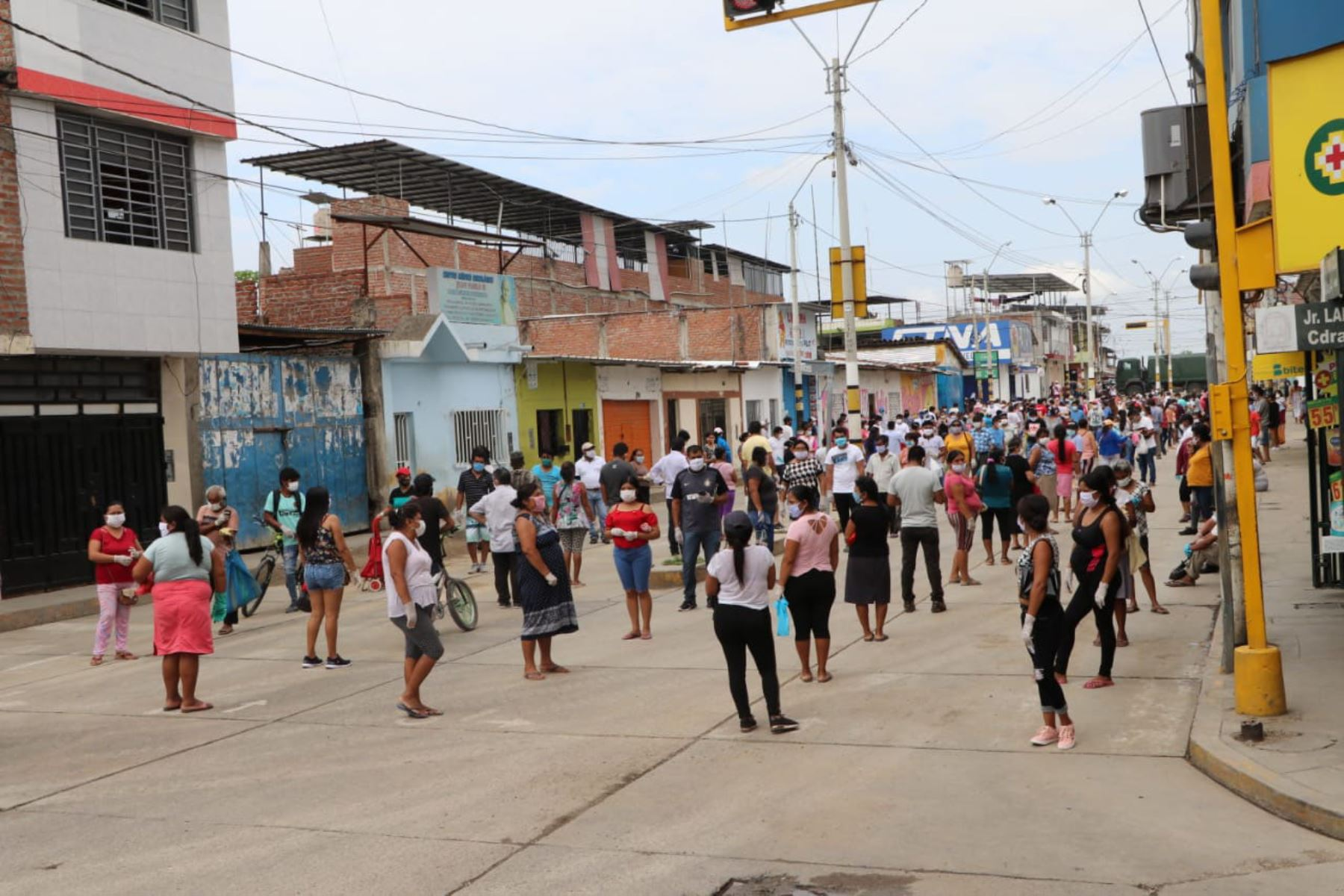 El Ejército y la municipalidad provincial de Morropón han desarrollado un correcto sistema de colas para evitar la aglomeración. Foto: Cortesía Yosi Orjeda