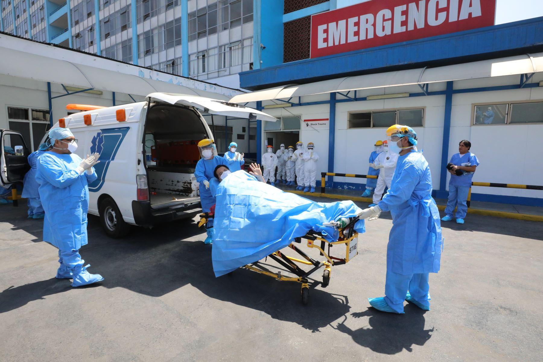 Dos profesionales de la salud contagiados con covid-19, procedentes de Loreto, fueron traídos al hospital Rebagliati. Foto: ANDINA/Difusión