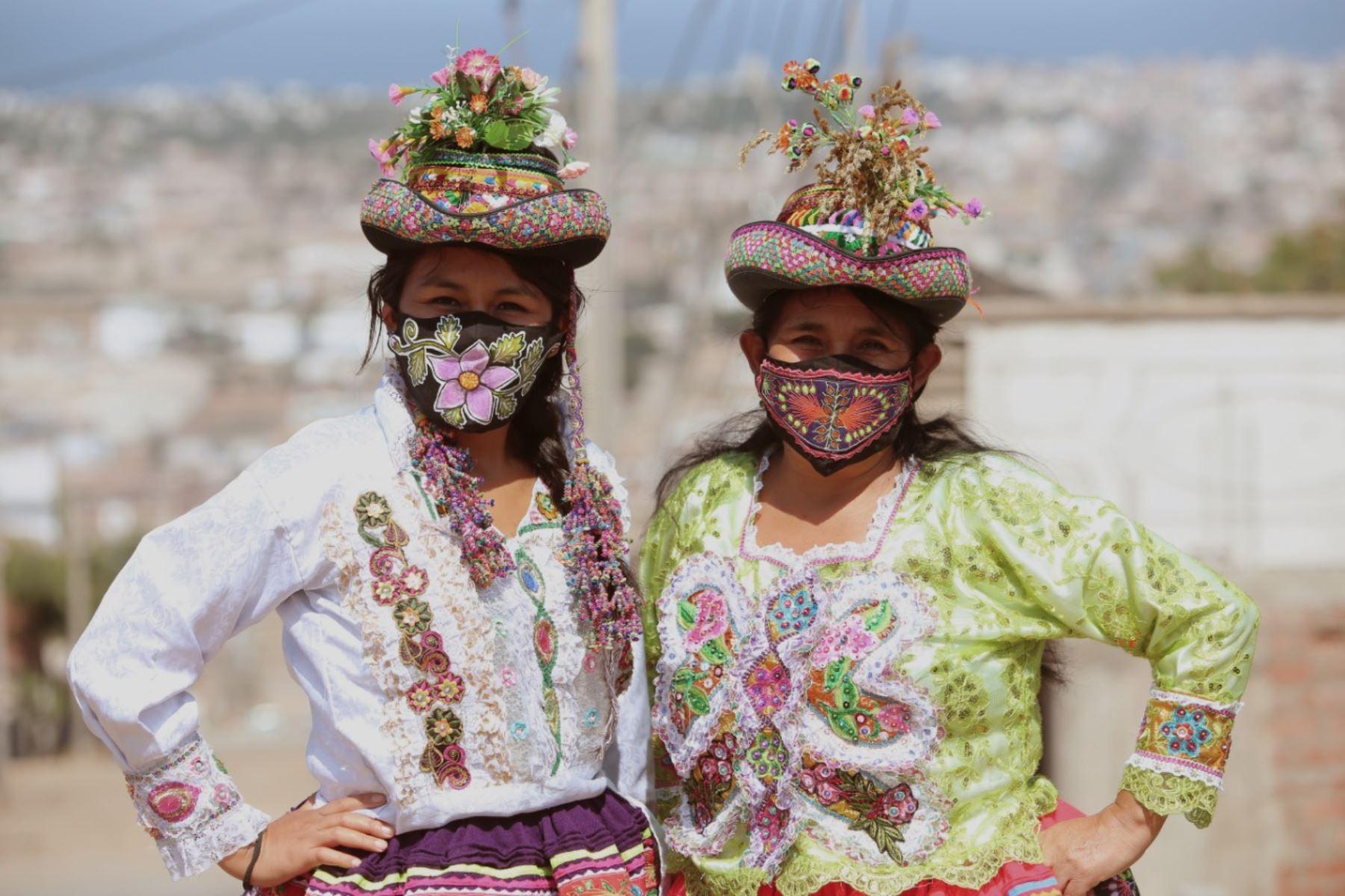 Las artistas ayacuchanas Gudencia Yupari Quispe y su hija Violeta confeccionan mascarillas inspiradas en el arte Sarhua que heredaron de familia. Foto: Cortesía/Cesar García