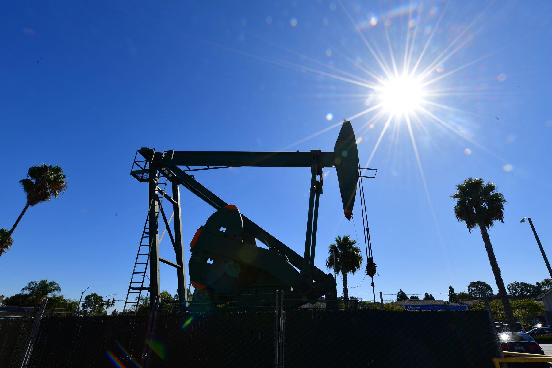 El precio del petróleo sigue en picada y cae otro 10%