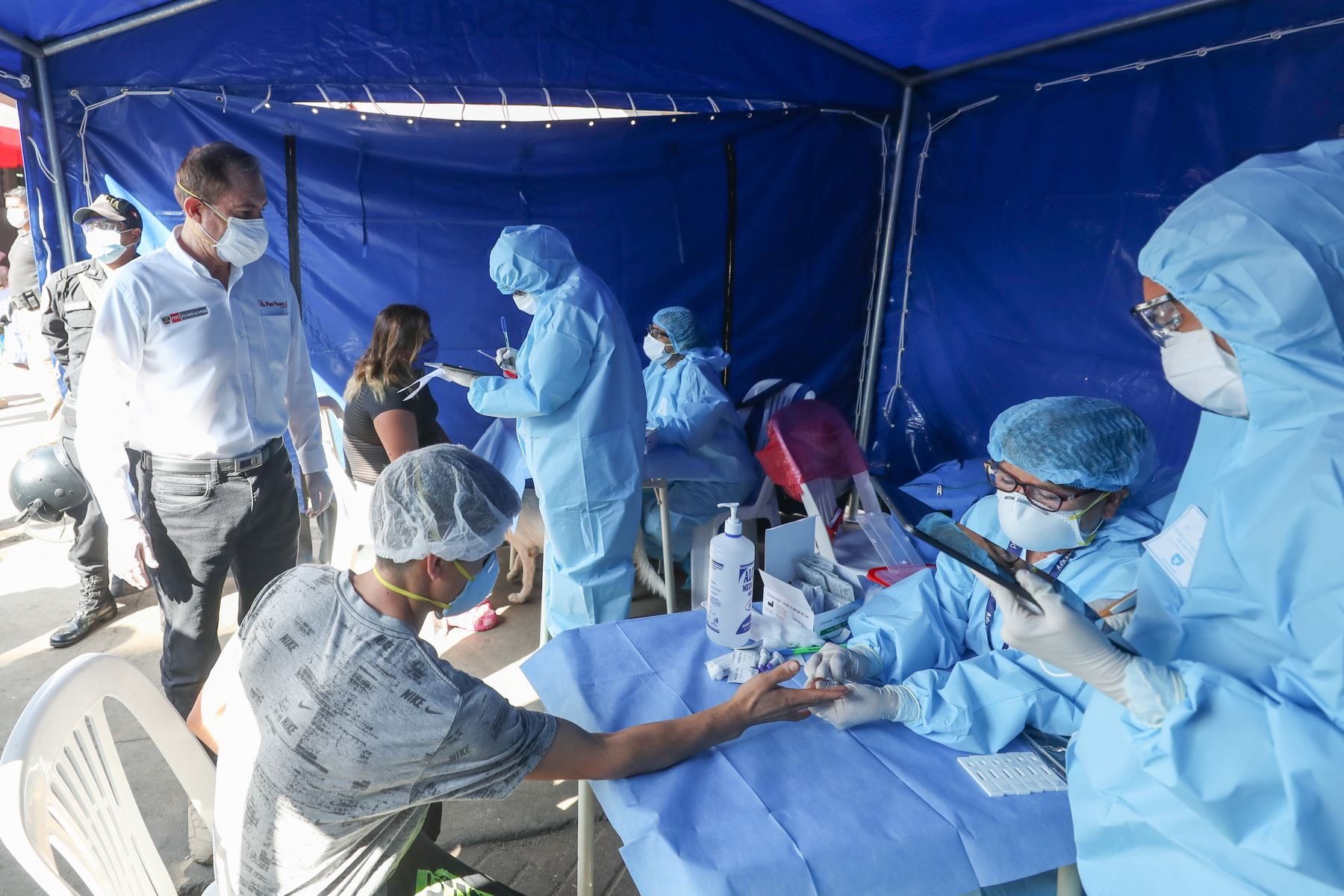 Foto: Personal de salud tomando muestras en el mercado Caquetá ubicado en el distrito del Rimac / Foto: Andina