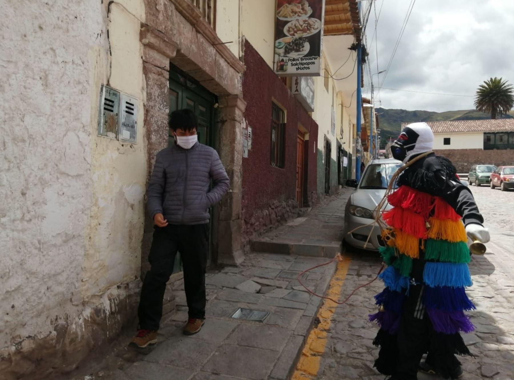 Los ukukus, los míticos personajes que son los guardianes de la Festividad del Señor de Qoyllur Riti, se sumaron a la tarea de hacer cumplir el aislamiento social obligatorio en Cusco. ANDINA/Percy Hurtado