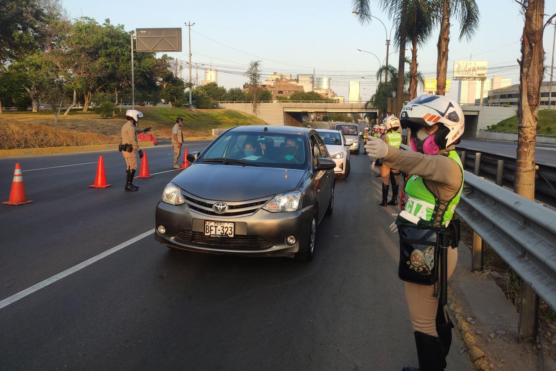 Vehículos particulares solo circularán dentro del distrito para compras esenciales. Foto: ANDINA/Vidal Tarqui