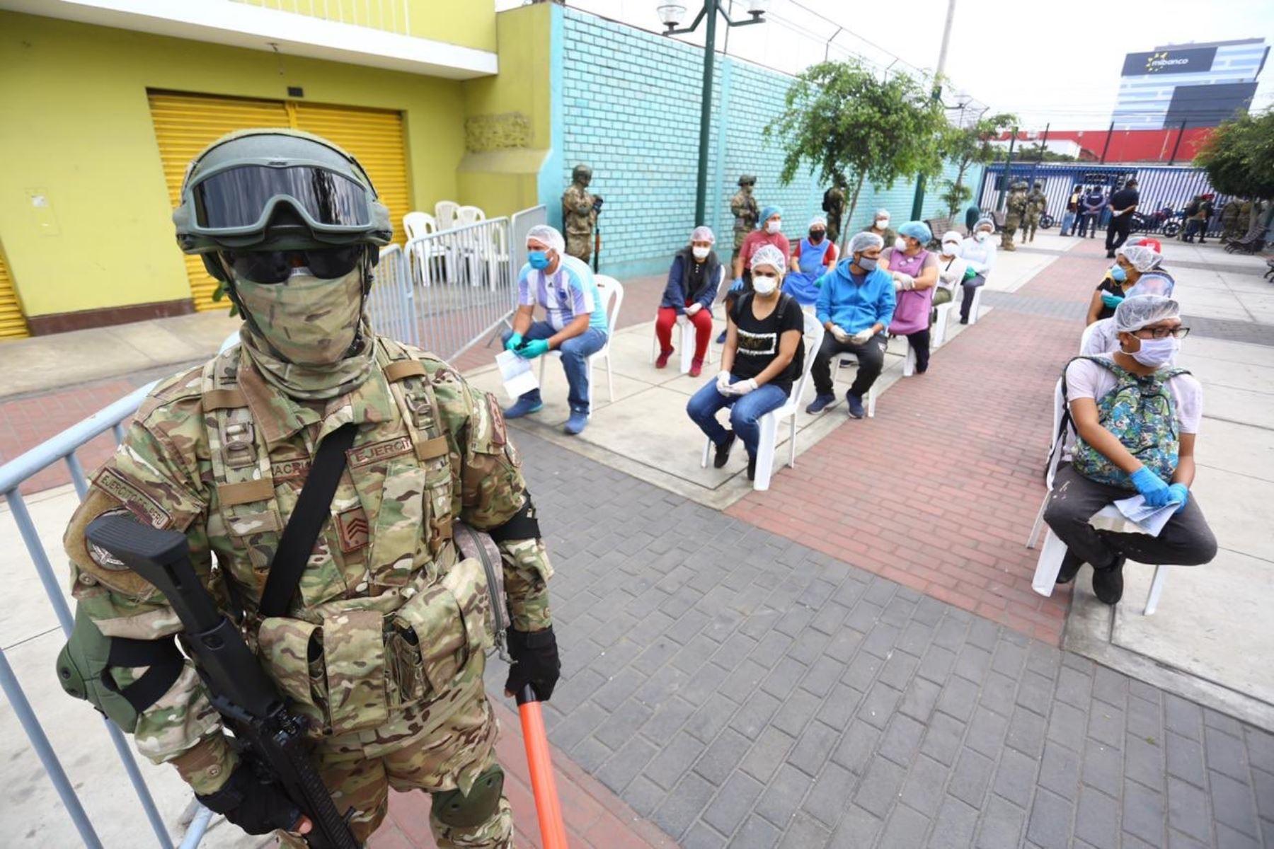 """Los operativos del Grupo """"Te Cuido Perú"""" continúan para detectar personas con coronavirus. En coordinación con Minagri y el Minsa, esta vez la intervención se realiza en el mercado San Felipe de Surquillo, donde se vienen tomando pruebas de coronavirus. ANDINA/Mindef"""