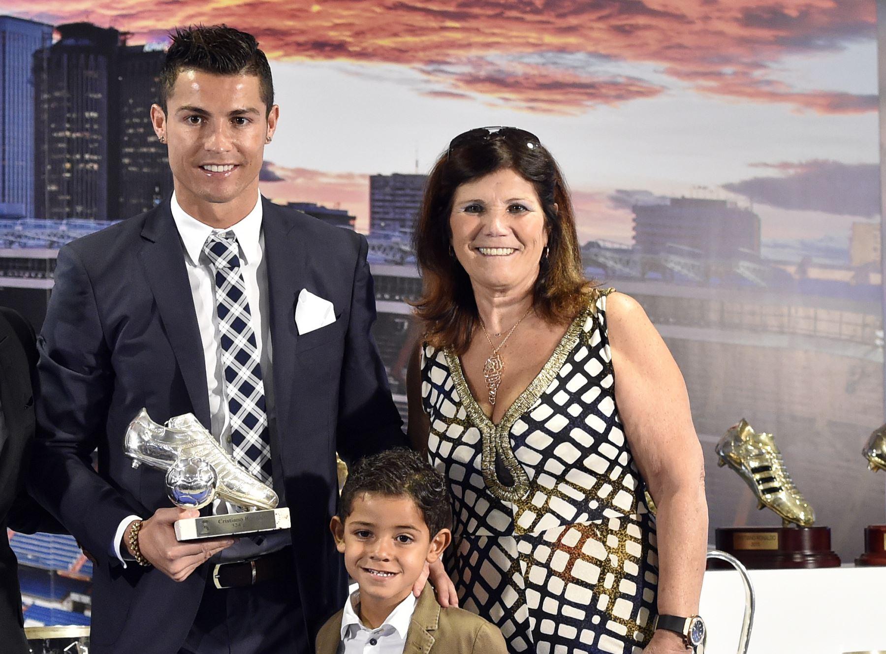 Cristiano Ronado posa junto a su madre, Dolores Aveiro, y su hijo