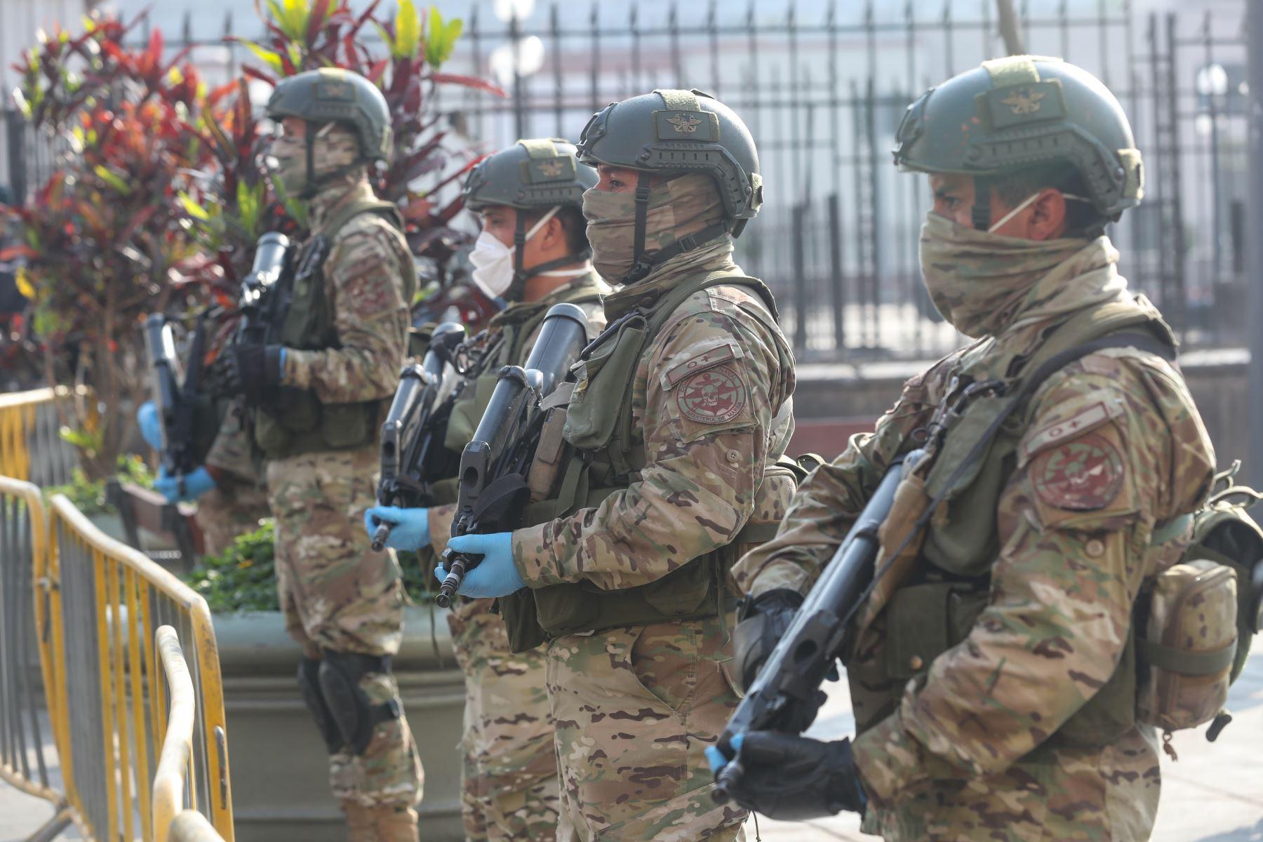 Ministro de Defensa, Walter Martos  y el titular del Ministerio del Interior, Gastón Rodríguez  supervisan operativo conjunto de las Fuerzas Armadas y la Policía del Perú en la zona comercial de Mesa Redonda, para garantizar el cumplimiento del Estado de Emergencia frente al COVID -19. Foto: Mindef