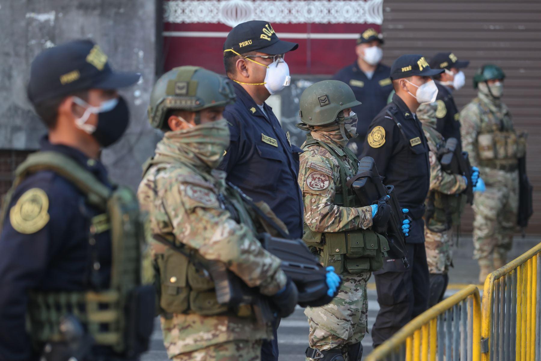 Los titulares de Defensa, Walter Martos; y del Interior, Gastón Rodríguez  supervisan operativo conjunto de las Fuerzas Armadas y la Policía del Perú en la zona comercial de Mesa Redonda, para garantizar el cumplimiento del estado de emergencia frente al covid-19. Foto: Mindef.