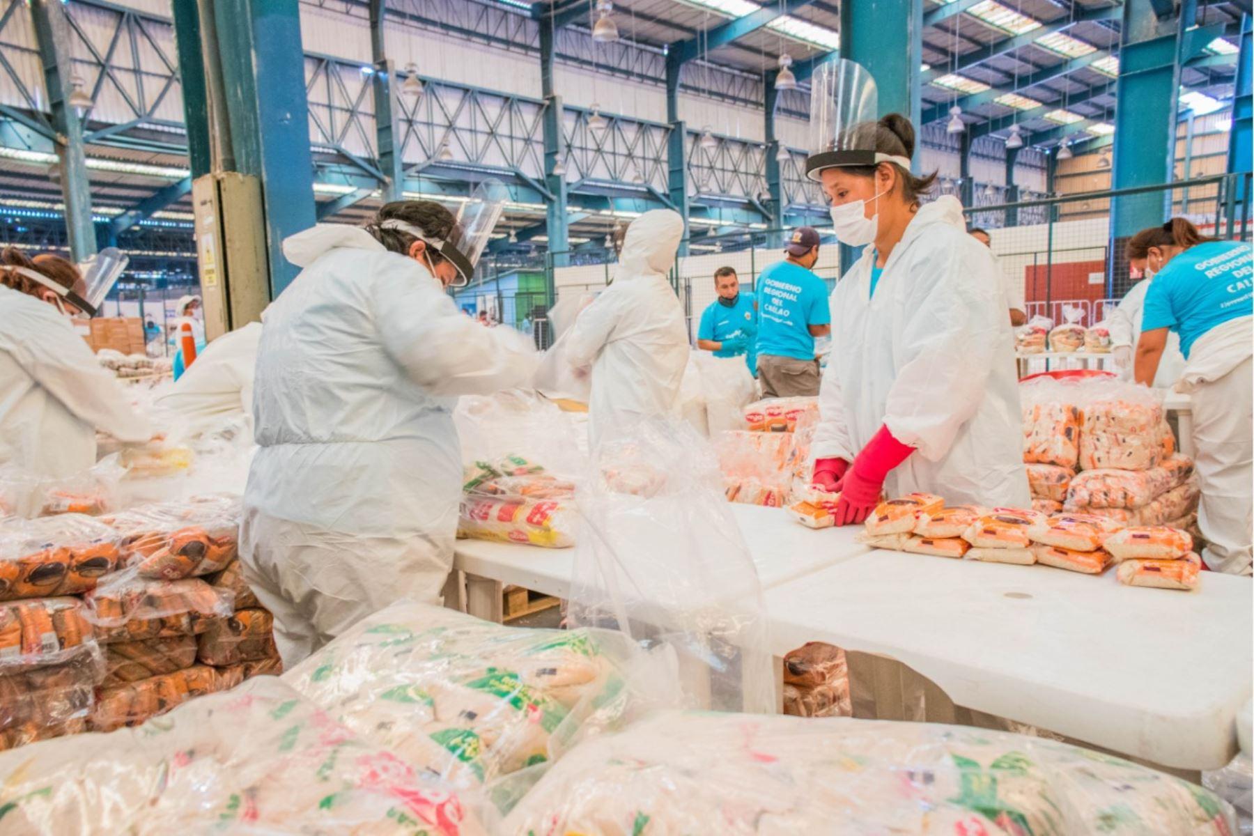 Hoy puso en manos de los alcaldes de Mi Perú y de La Punta 3,100 canastas,  para aliviar la crisis que atraviesan sus vecinos por el covid-19. Foto: Difusión
