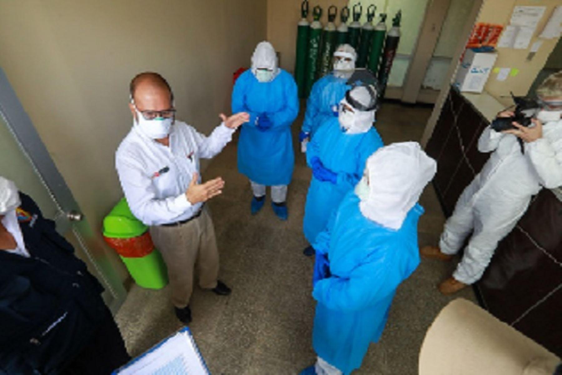 El ministro de Salud, Víctor Zamora, inspeccionó el hospital Eleazar Guzmán Barrón, donde dialogó con los directivos y personal de salud que atiende las áreas críticas.