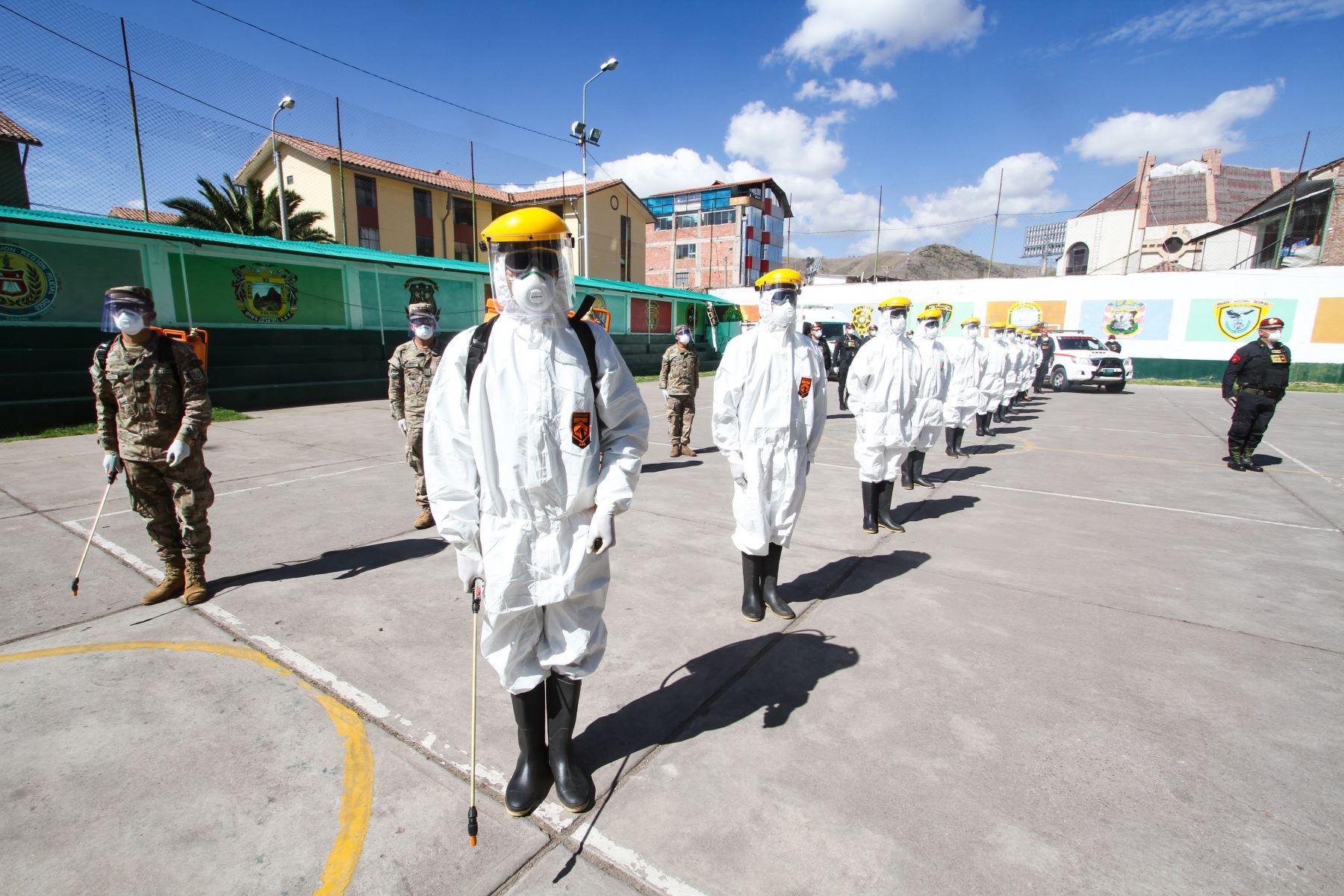 Policías y militares integran la brigada que tiene la delicada labor del levantamiento de cadáveres por coronavirus.