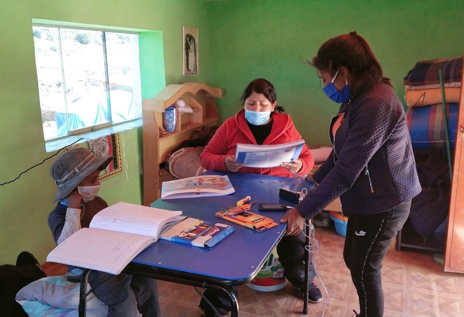 Conoce a Eliana Mamani, la maestra puneña que viaja kilómetros para enseñar a sus alumnos de una alejada comunidad de la provincia de Huancané.