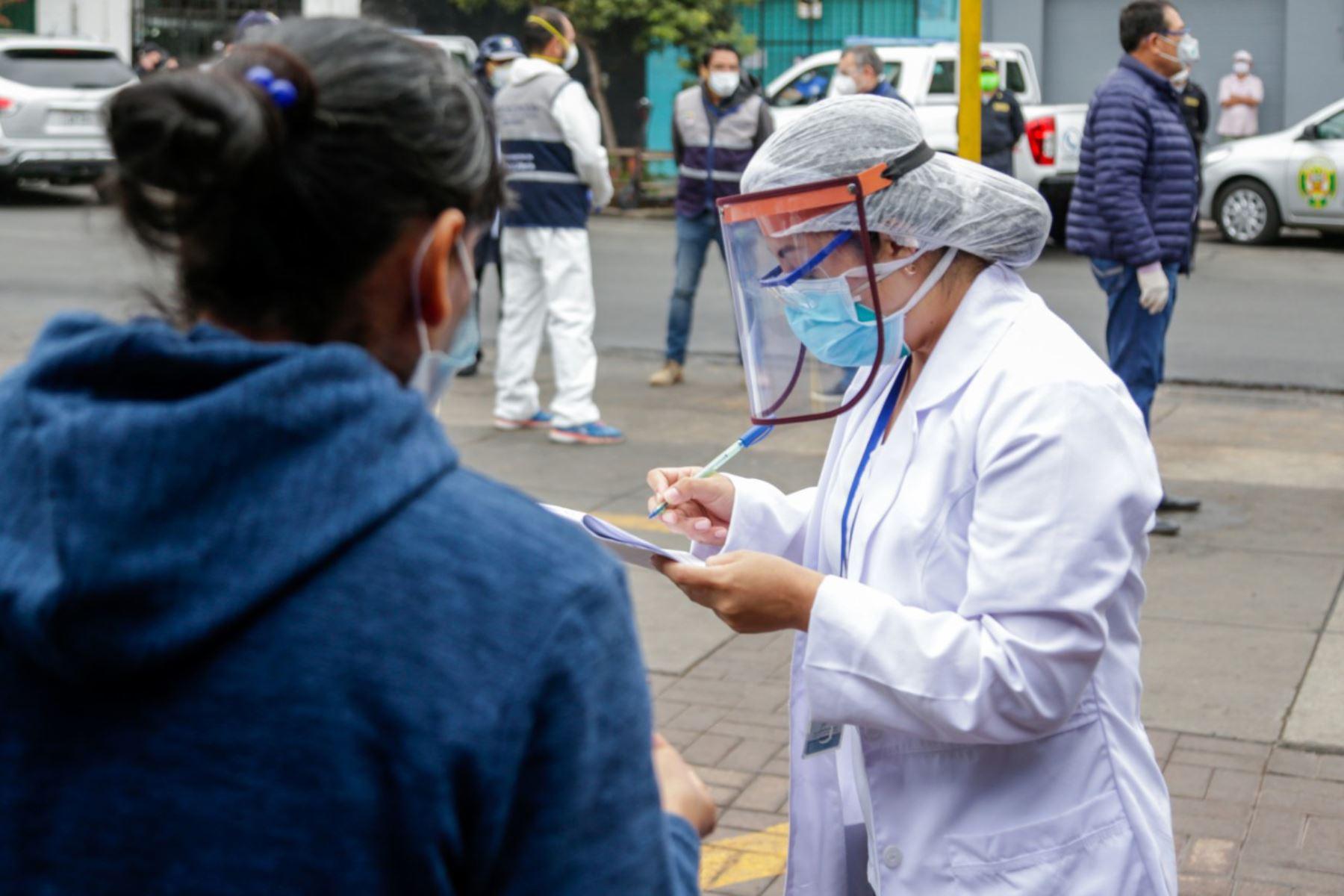 El Ministerio de Salud realizó esta mañana pruebas rápidas a comerciantes del mercado San José en Jesús María para descartar infectados de covid-19.  Foto: MINSA