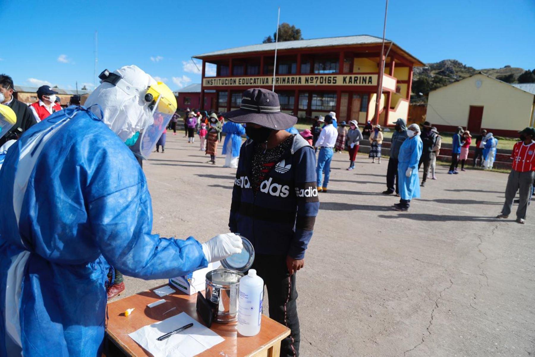 En el distrito de Chucuito, personal de salud aplica pruebas rápidas de covid-19 a pobladores de la región Puno.