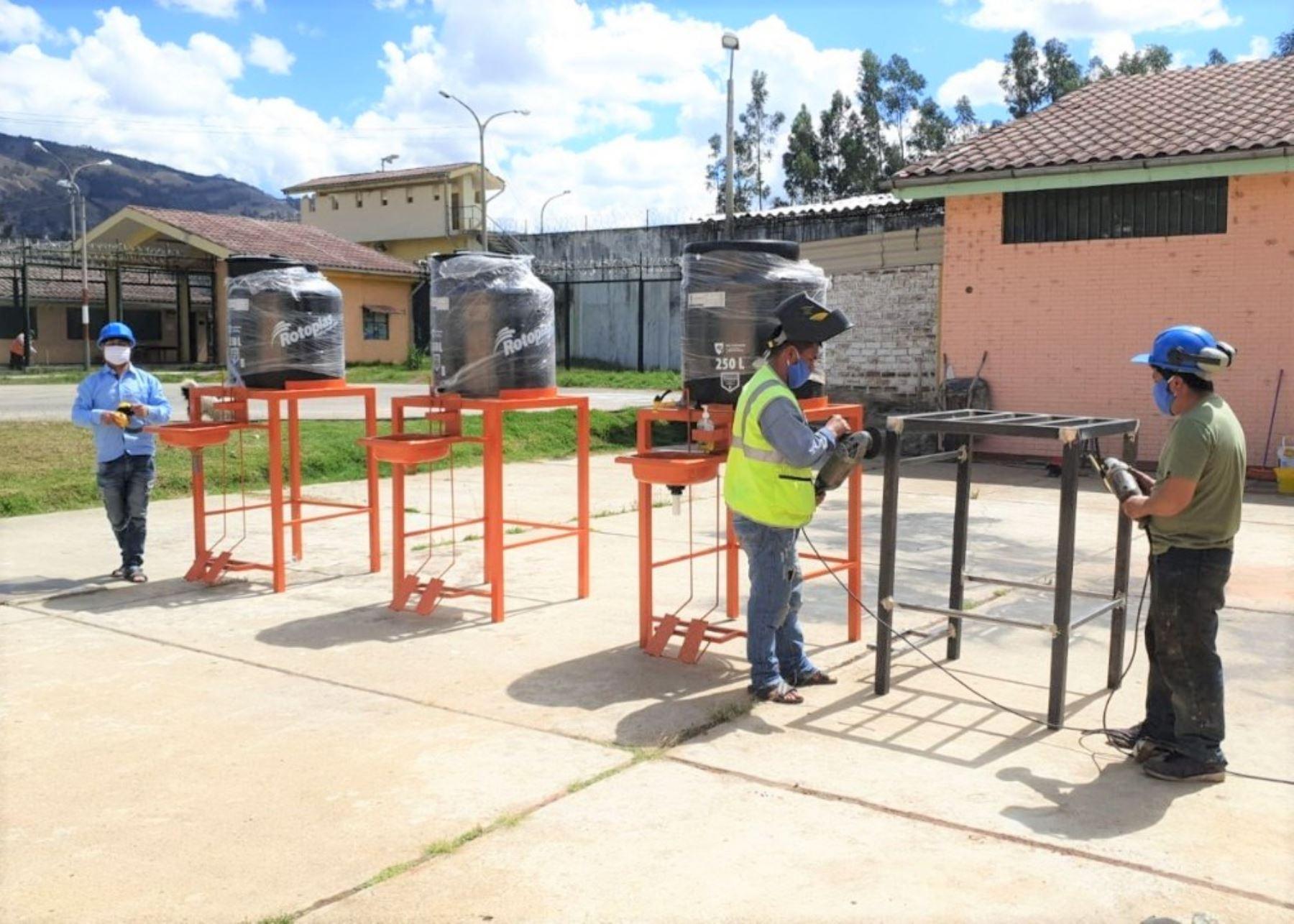 Tres internos del penal de Cajamarca elaboran lavatorios de manos portátiles que se entregarán a la Municipalidad y Gobierno Regional de Cajamarca para sus acciones de prevención del coronavirus. ANDINA/Difusión
