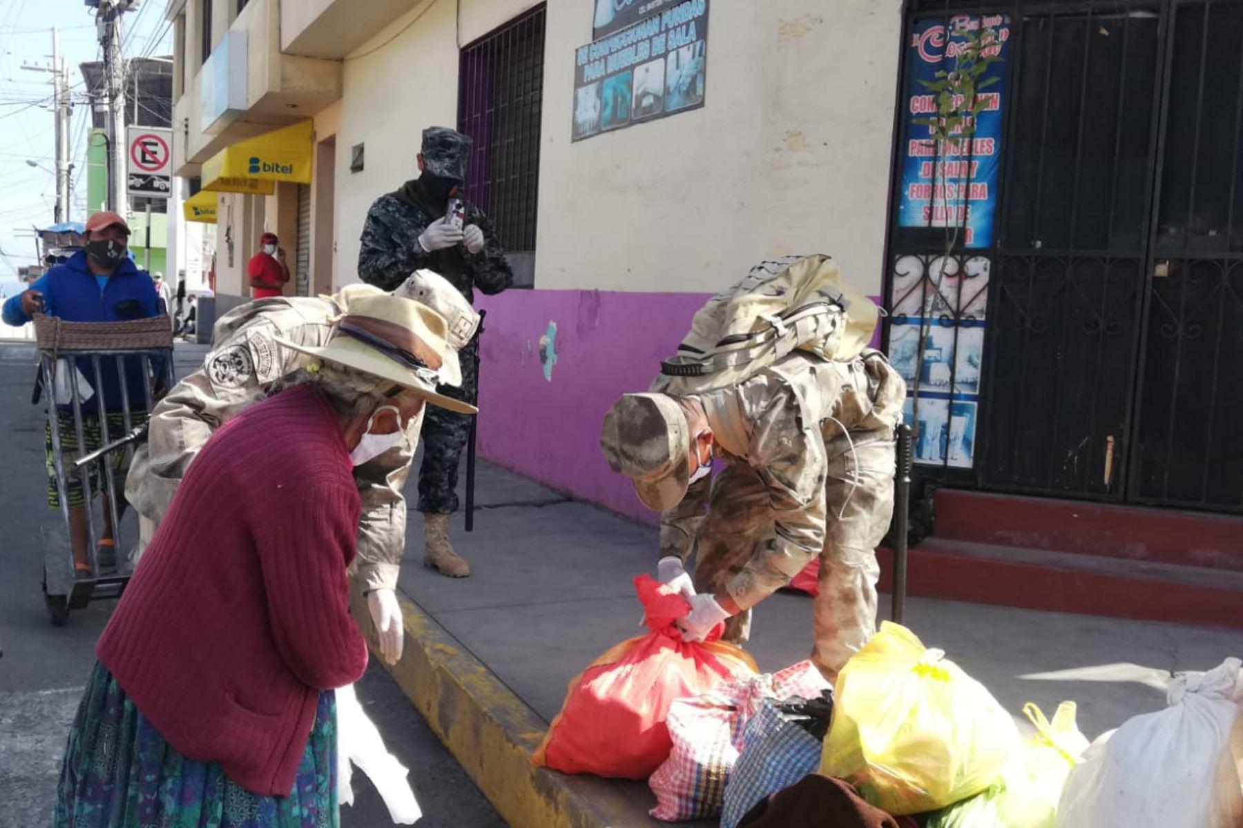 Personal de la Infantería de Marina  realiza acción social con anciana en la ciudad de Mollendo en Arequipa.  Foto: Marina de Guerra