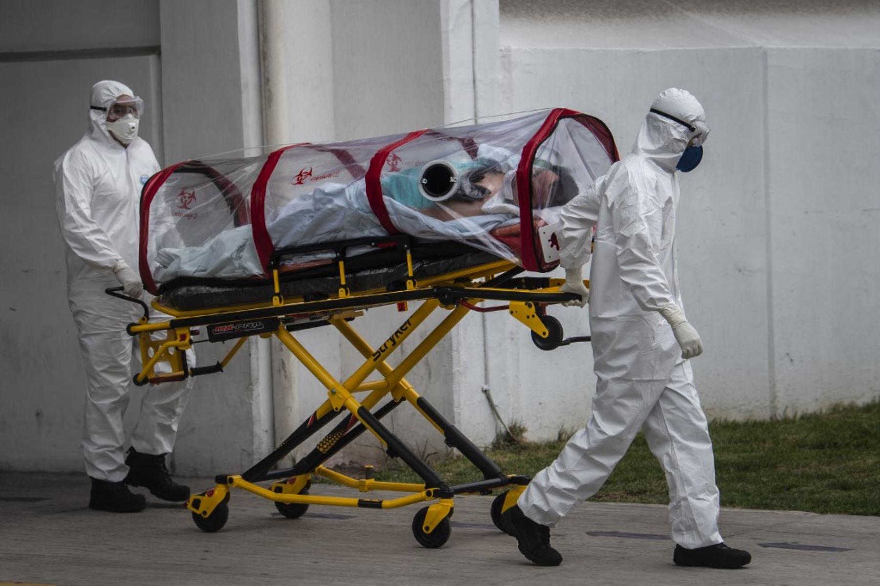Los paramédicos de la Cruz Roja llevan a un paciente sospechoso de estar infectado con el nuevo coronavirus al hospital de Traumatología del Instituto Mexicano del Seguro Social (IMSS), en la Ciudad de México. Foto: AFP