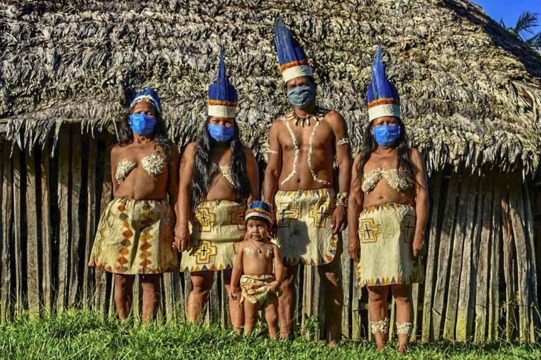 Los indígenas colombianos Huitoto posan con máscaras faciales, en medio de las preocupaciones por el coronavirus covid -19, en Leticia, departamento de Amazonas, Colombia. Foto: AFP