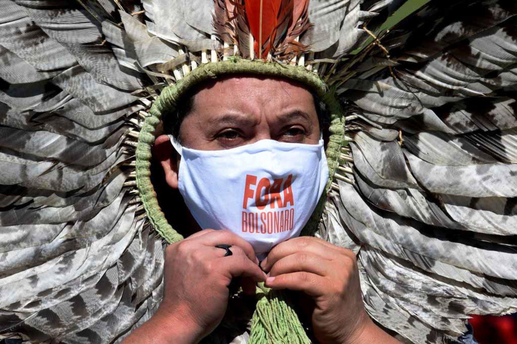 El líder indígena brasileño de Kaingang, Kretan Kaingang, participa en una protesta contra el presidente brasileño Jair Bolsonaro, en medio de la pandemia de corovavirus covid -19, frente al Congreso Nacional en Brasilia. Foto : AFP
