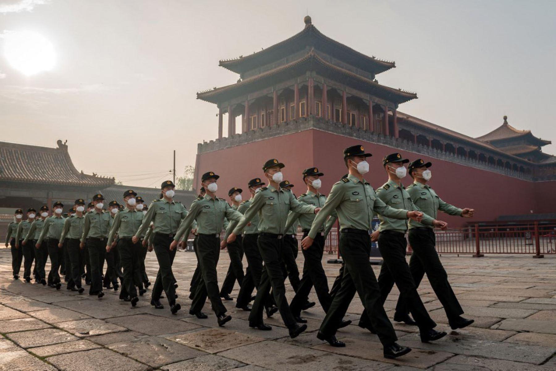 Soldados del Ejército Popular de Liberación (EPL) marchan junto a la entrada de la Ciudad Prohibida durante la ceremonia de inauguración de la Conferencia Consultiva Política del Pueblo Chino (CPPCC) en Beijing. Foto: AFP