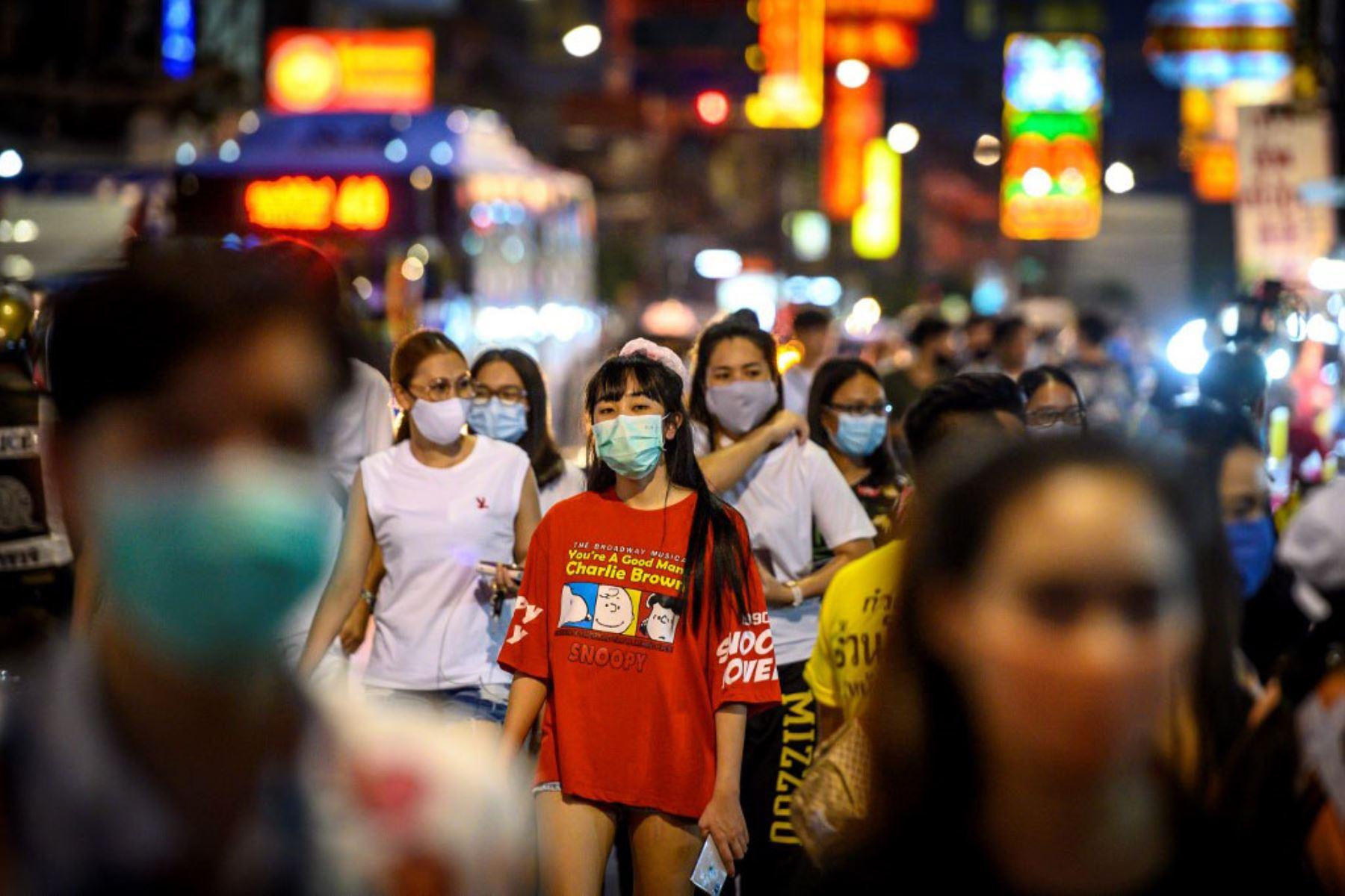 Los peatones caminan por la calle principal de Chinatown después de que el gobierno tailandés relajó las medidas para combatir la propagación del nuevo coronavirus COVID-19, en Bangkok. Foto: AFP