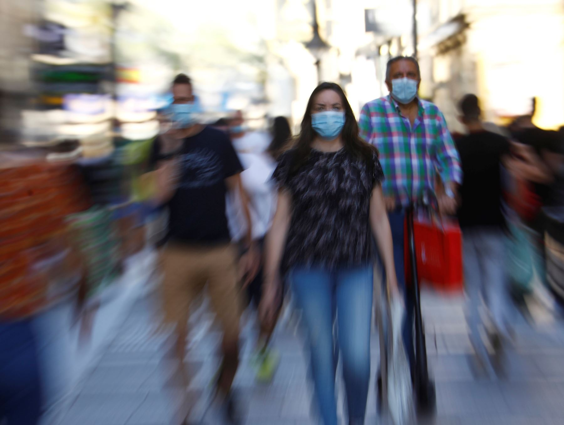 El uso de la mascarilla debe ser permanente porque podríamos estar cerca de personas asintomáticas o pre-sintomáticas, quienes también contagian. Foto: EFE