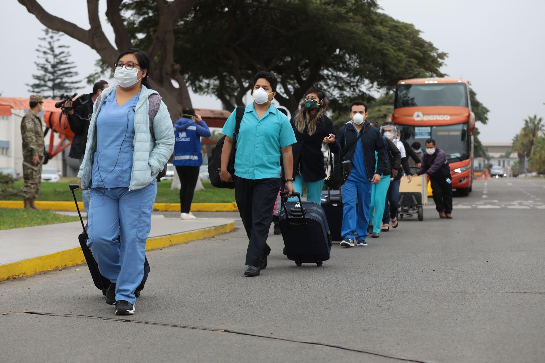 Partida de un equipo de 41 profesionales de la salud, entre médicos, enfermeras, técnicos y equipo asistencial, con destino a Iquitos. Ellos atenderán a la población contagiada por covid-19 desde el  Hospital Blanco de EsSalud en Chincheta, Loreto. Foto: EsSalud