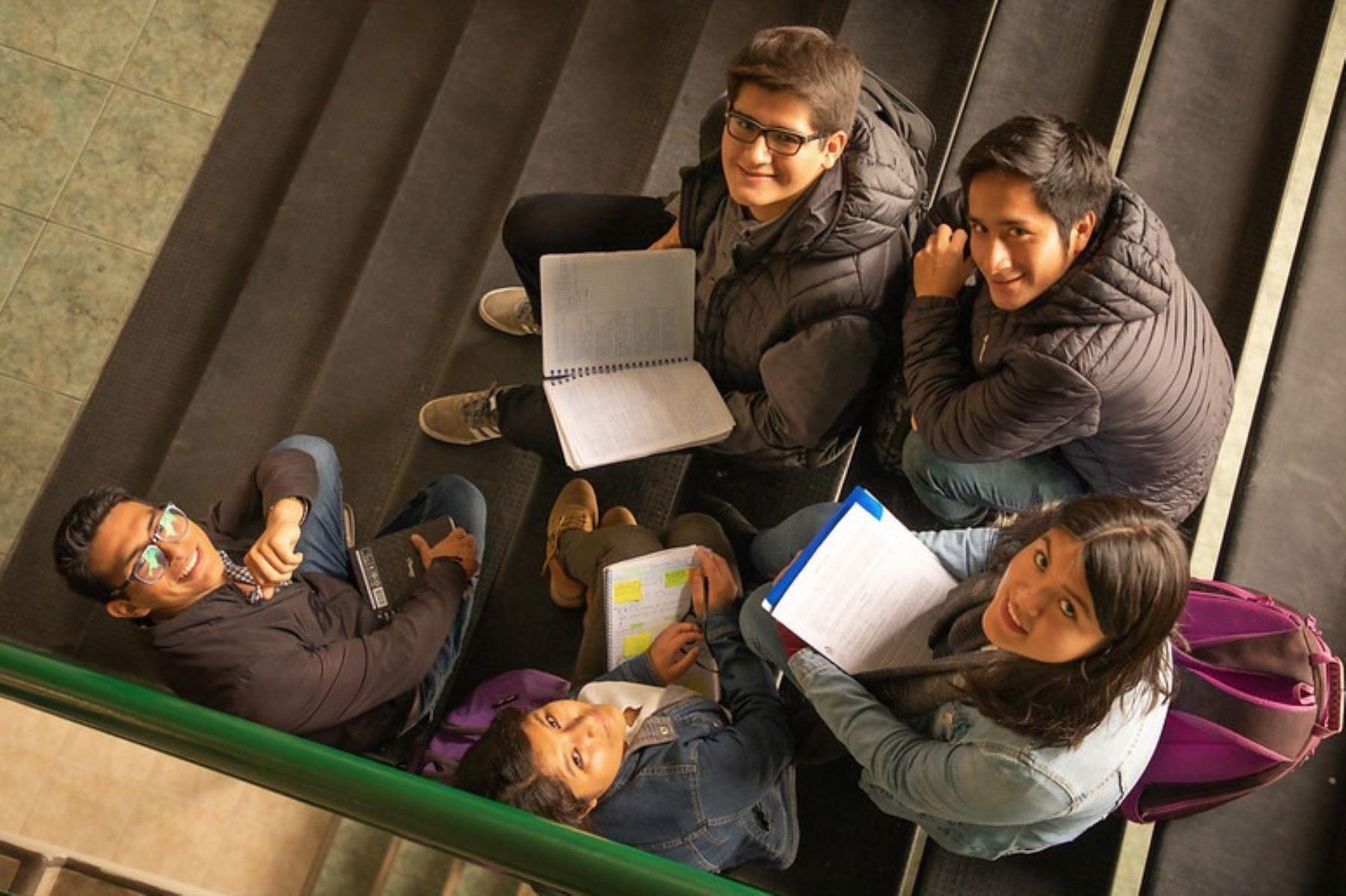 Si bien la emergencia sanitaria por el coronavirus impedirá a los estudiantes reunirse como antes durante todo este año, la beca permitirá estudiar toda la carrera. Foto: Archivo Pronabec.