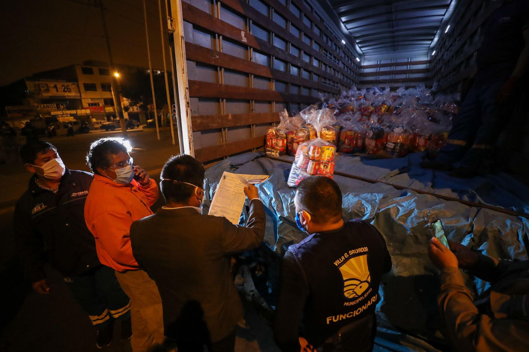 En un trabajo articulado entre el Ejecutivo y el sector privado, a través de la Presidencia del Consejo de Ministros, esta semana se entregaron 4000 canastas con víveres a las familias vulnerables de los distritos de Comas y Villa El Salvador. Foto: ANDINA/PCM