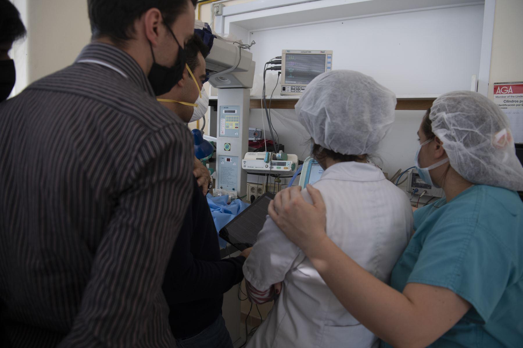 Un grupo de ingenieros y médicos en robótica prueban un ventilador que se está desarrollando como parte de la lucha contra el nuevo coronavirus COVID-19. Foto: AFP