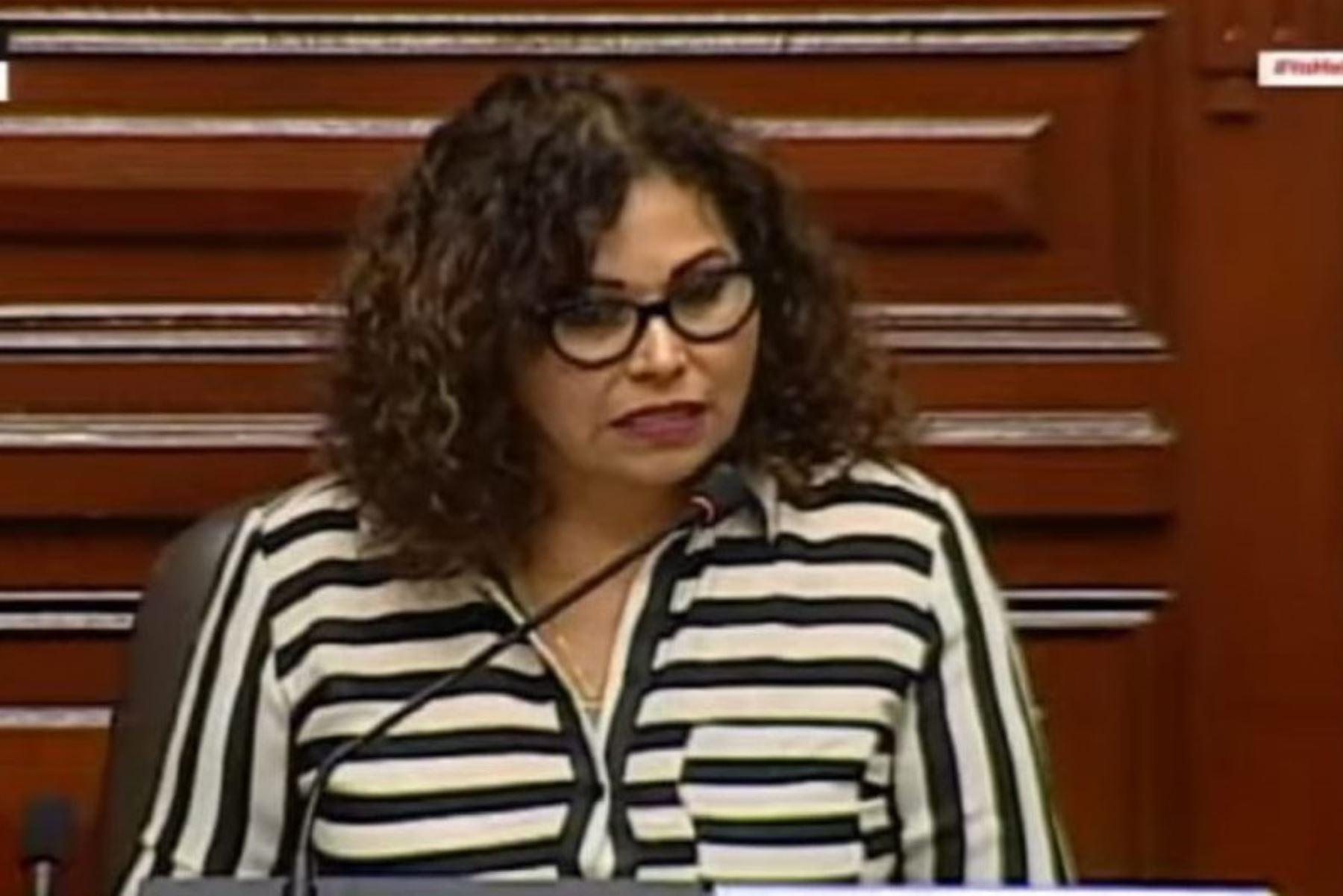 La congresista María Cabrera  recomienda ser prudentes con el deshacinar las cárceles.  Foto: Congreso de la República