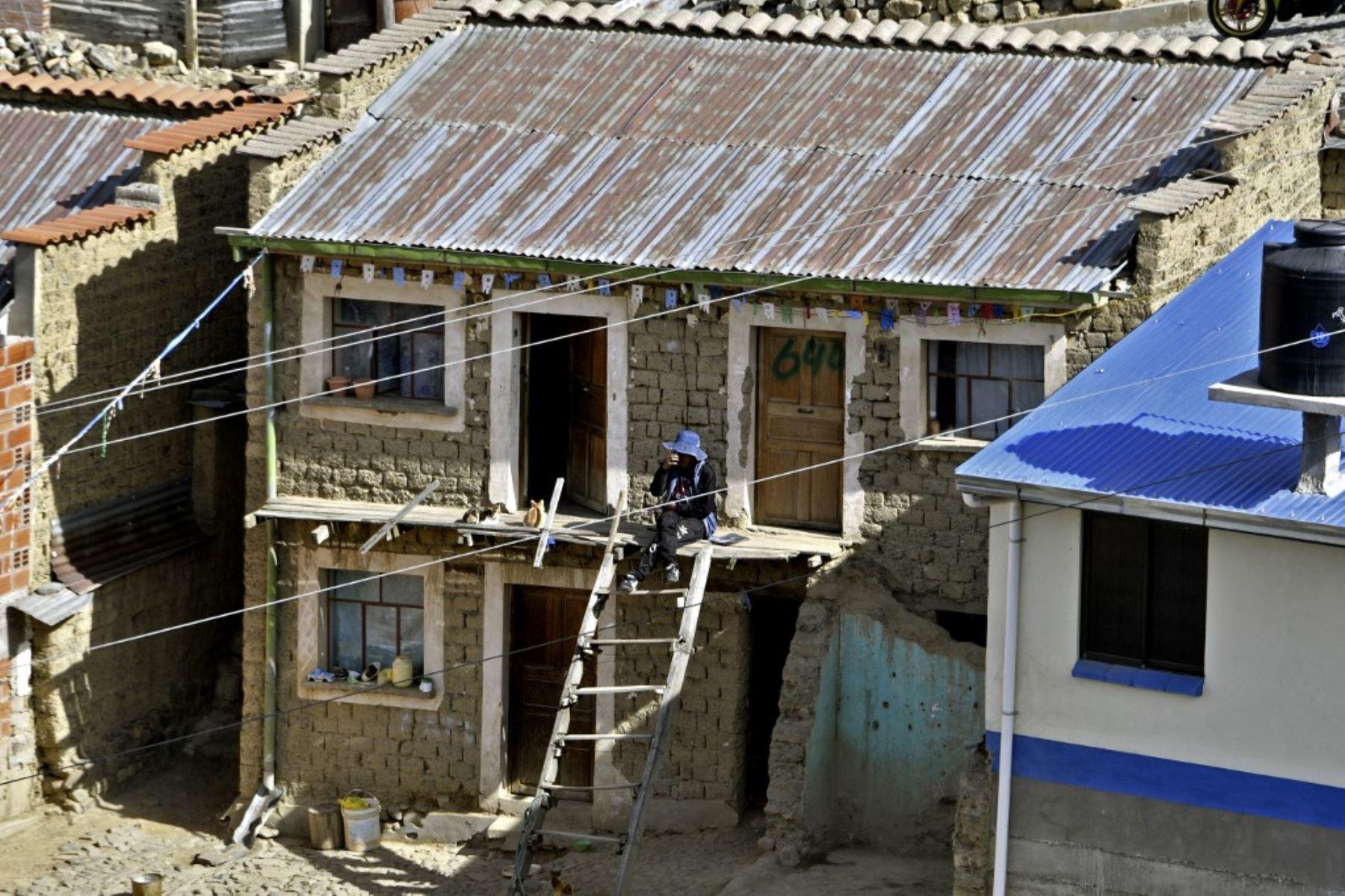 Una mujer permanece en su casa en una zona de bajos ingresos en El Alto, en medio de la nueva pandemia de coronaviru, en Bolivia. Foto: AFP