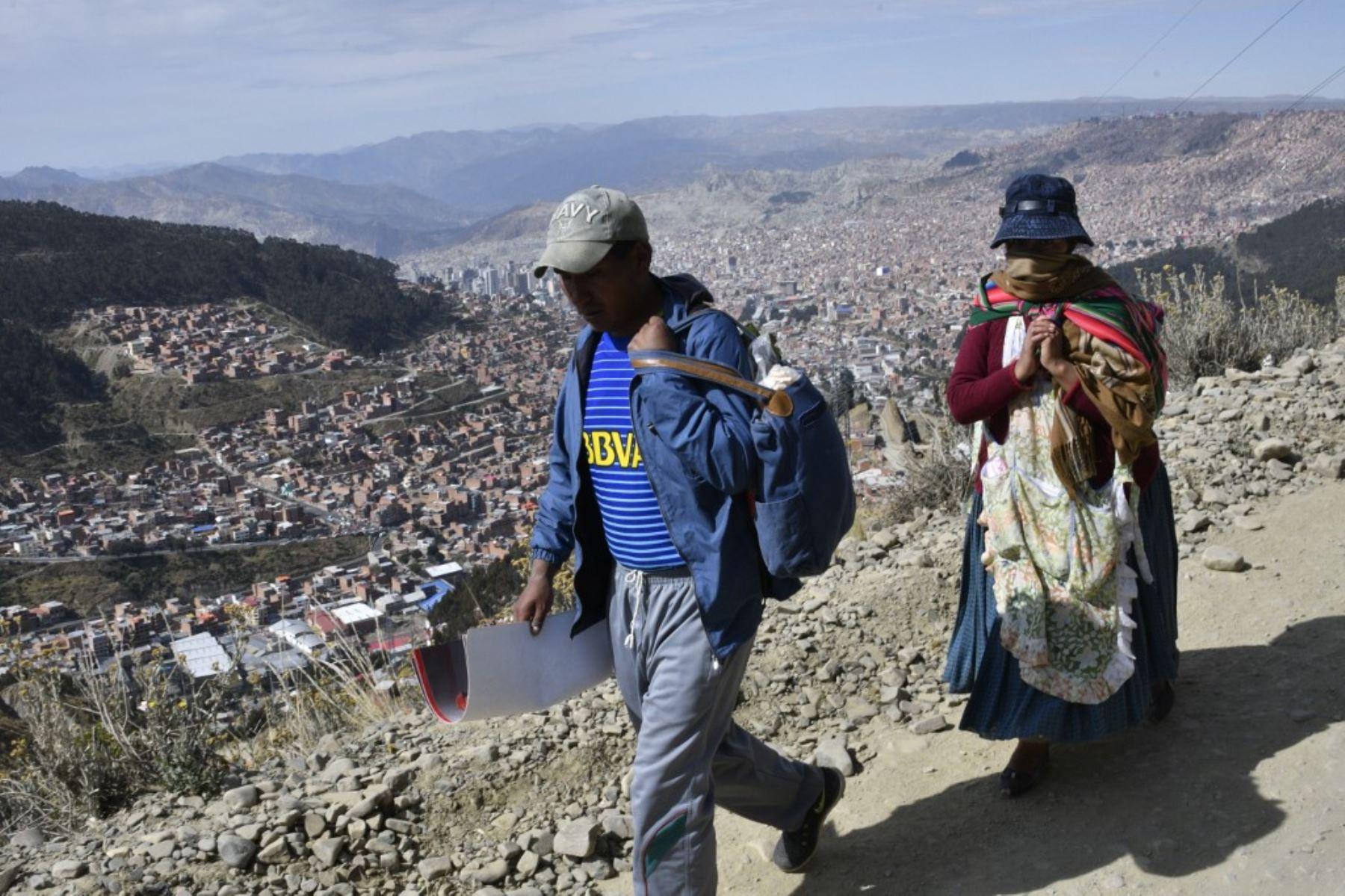 Habitantes del El Ato, en Bolivia, se desplazan en medio de la nueva pandemia de coronavirus. Foto: AFP