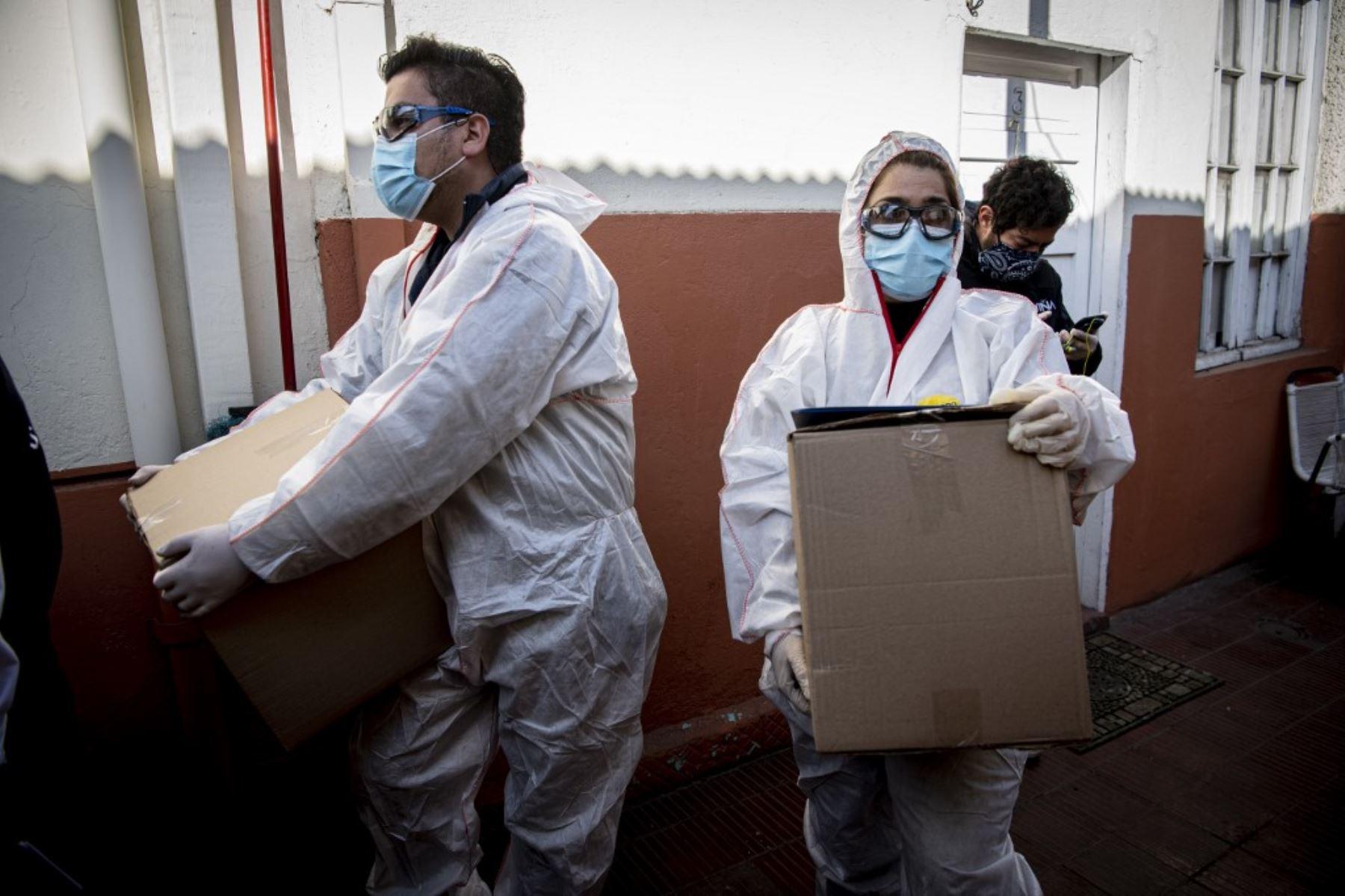 Los trabajadores municipales de Santiago de Chile preparan la entrega de cajas con alimentos a familias económicamente afectadas durante la cuarentena obligatoria ordenada por el gobierno. Foto: AFP