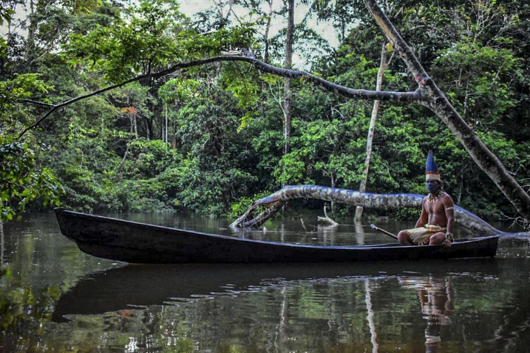 Un hombre indígena huitoto navega en una balsa a lo largo del río Takana en Leticia, departamento de Amazonas, Colombia. Foto: AFP