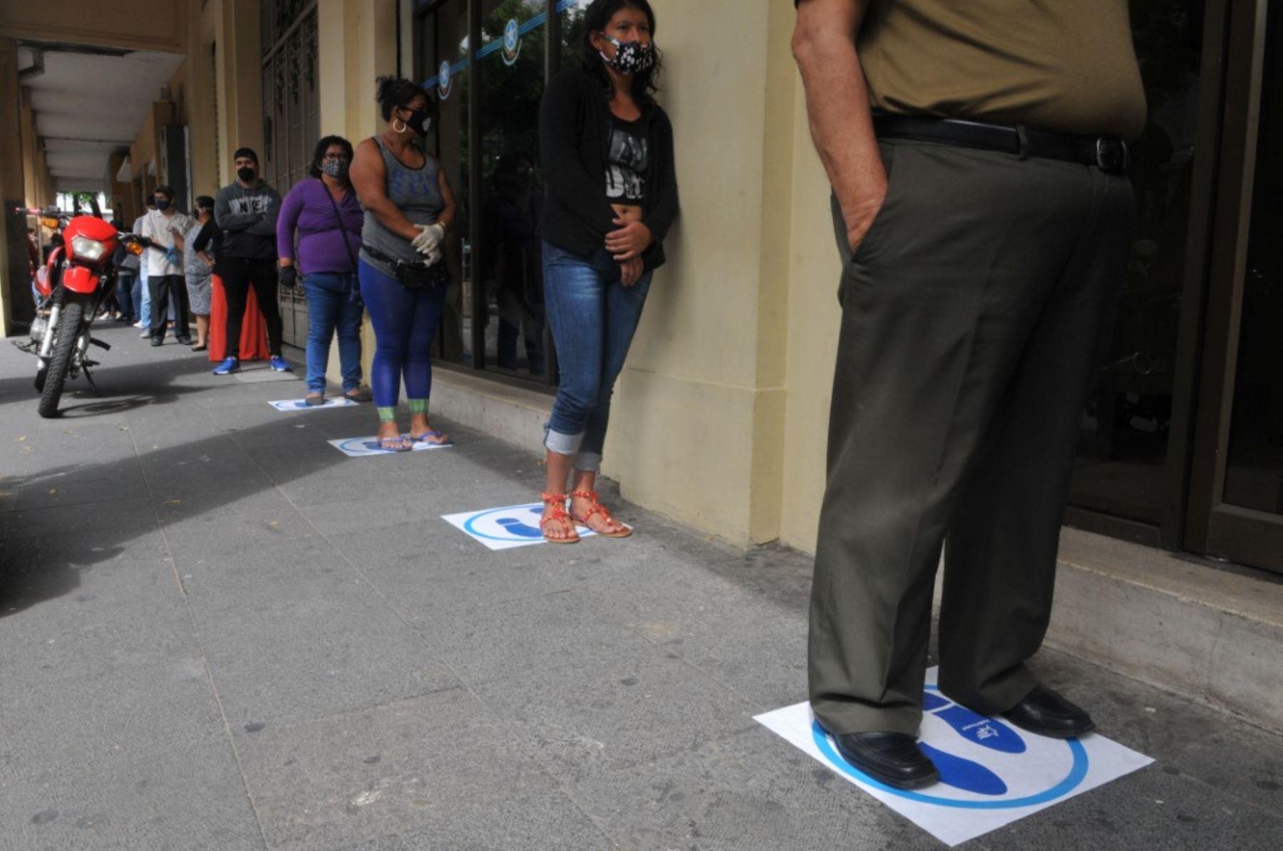 La gente hace cola frente al ayuntamiento en Guayaquil, Ecuador. Foto: AFP