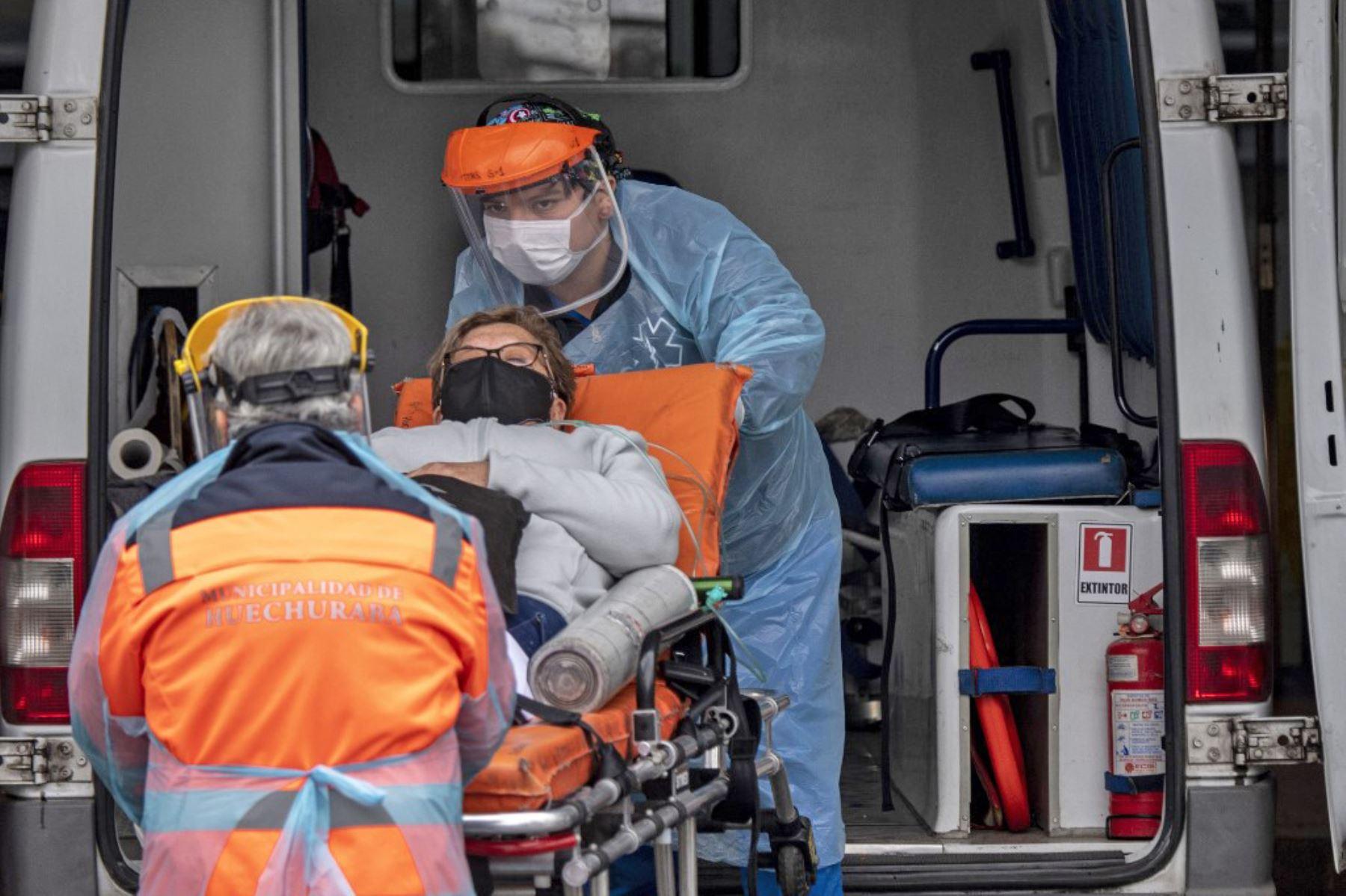 Los trabajadores de la salud llevan a un paciente con síntomas del nuevo coronavirus hacia el hospital, en Santiago de Chile. Foto: AFP