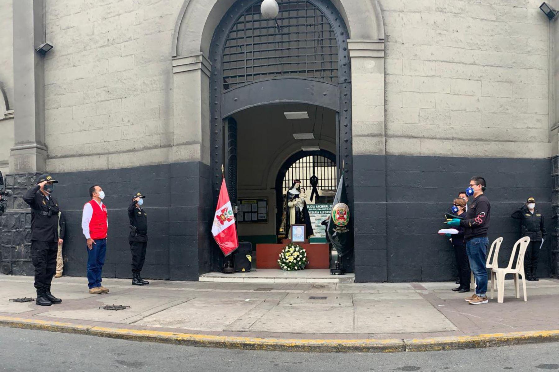 Ministro del Interior, Gastón Rodríguez, rinde homenaje póstumo, en la comisaría Alfonso Ugarte, al suboficial de la de PNP, David Monteagudo Rojas, quien falleció a causa del coronavirus. Foto: ANDINA/Mininter