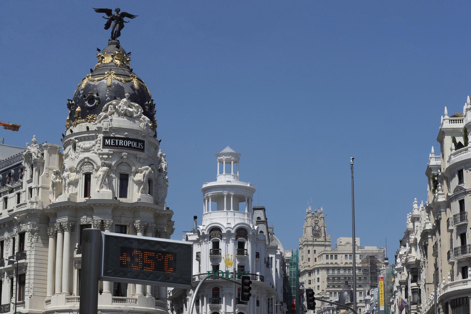 Termómetros marcan los 35 grados centígrados en la calla de Alcalá de Madrid. Foto: EFE
