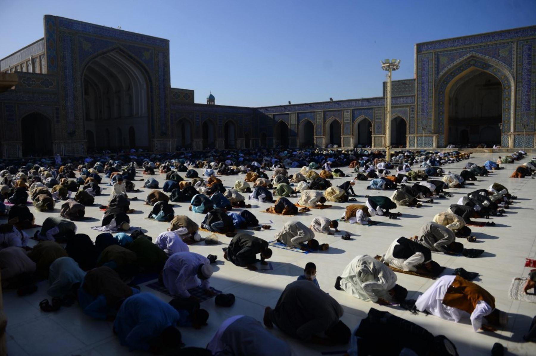 Los devotos musulmanes ofrecen oraciones al comienzo del festival Eid al-Fitr, que marca el final del mes sagrado musulmán del Ramadán en la mezquita Jami, en Herat. Foto: AFP