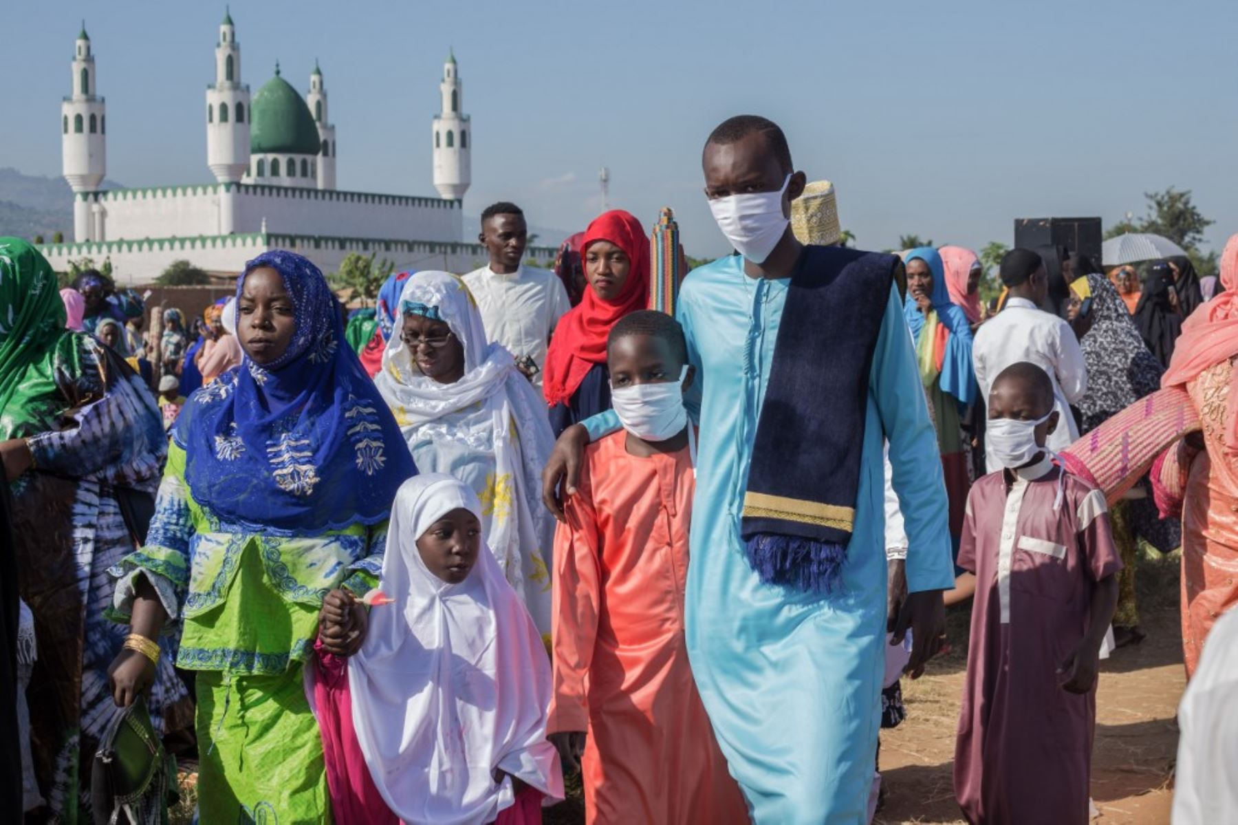Los fieles musulmanes se van después de ofrecer las oraciones de Eid al-Fitr que marcan el final del mes sagrado musulmán del Ramadán en Bujumbura, Burundi. Todos lucen con mascarillas para evitar contagios por pandemia de coronavirus. Foto: AFP