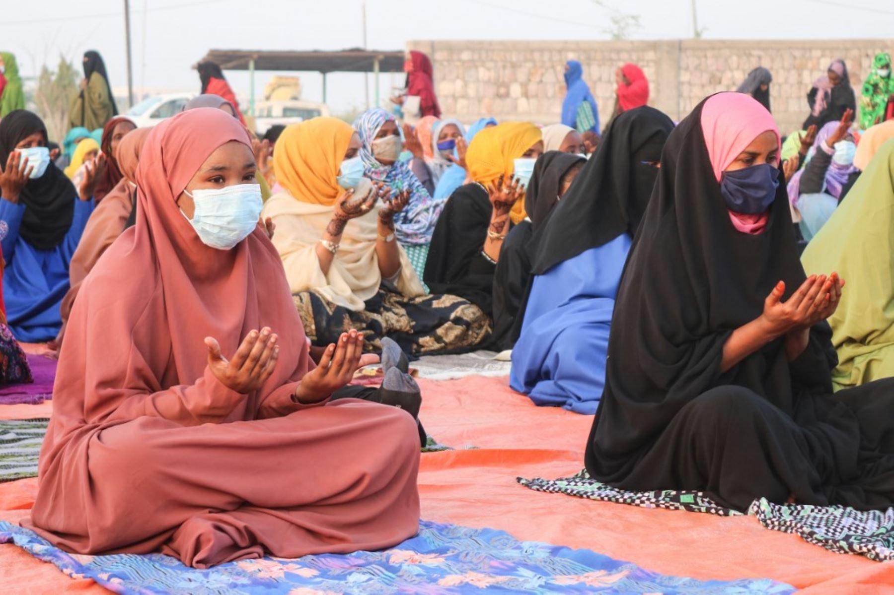 Las mujeres musulmanas respetan el distanciamiento social mientras ofrecen oraciones de Eid al-Fitr que marcan el final del mes sagrado musulmán del Ramadán, en Djibouti. Foto: AFP